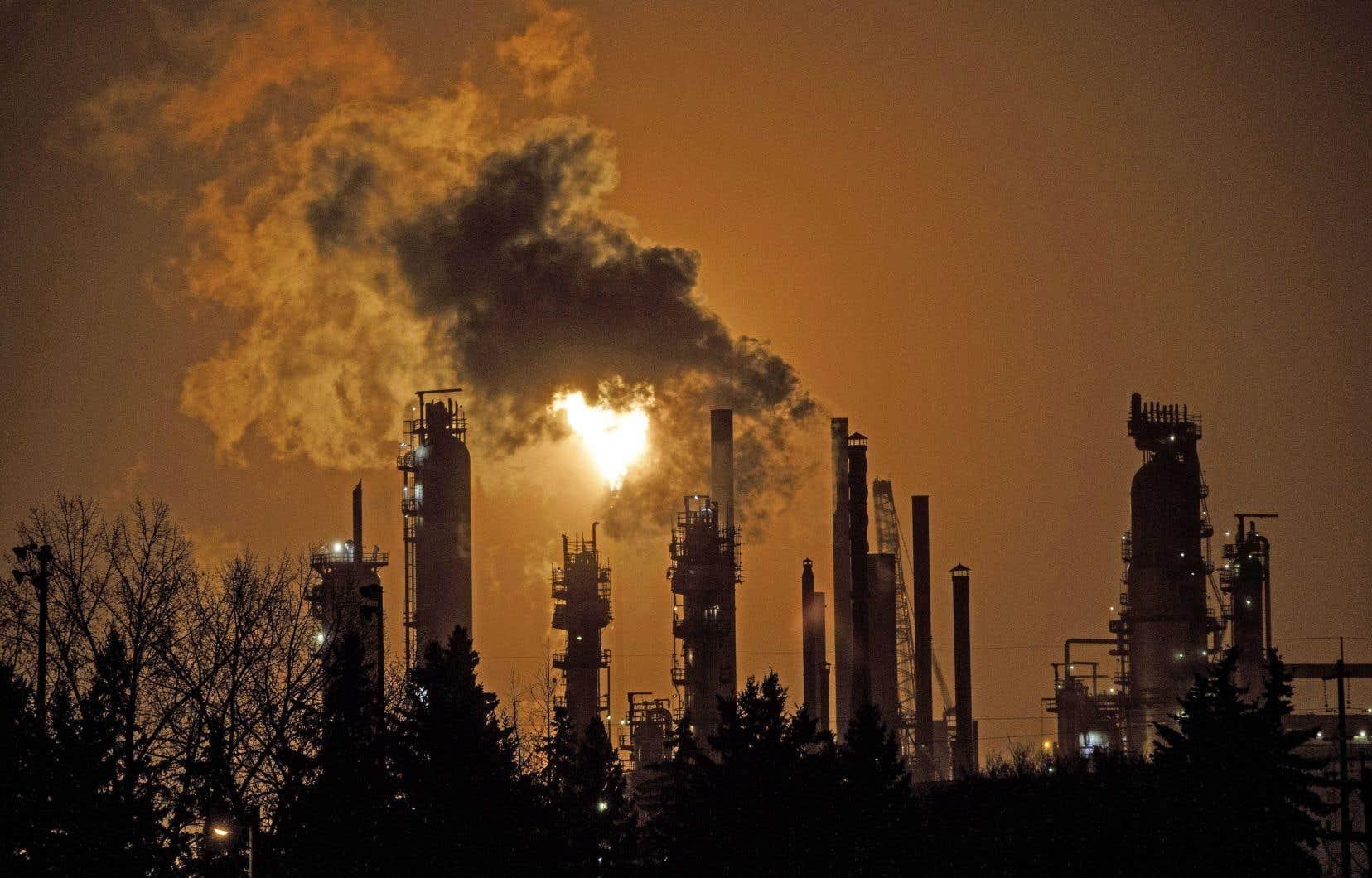 Une raffinerie photographiée dans les lueurs du matin à Edmonton. Tout comme la Saskatchewan, l'Ontario et maintenant le Québec, l'Alberta conteste la constitutionnalité de la tarification fédérale.