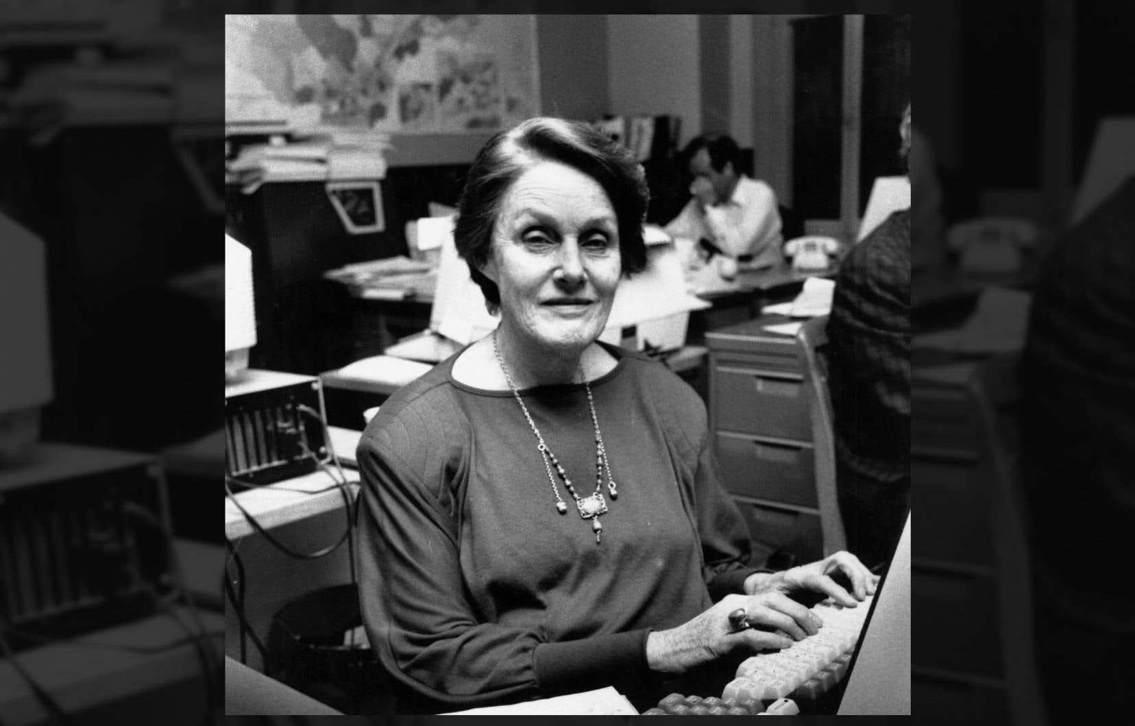 Renée Rowan dans la salle de rédaction du «Devoir», alors sur la rue Saint-Sacrement, en janvier 1990