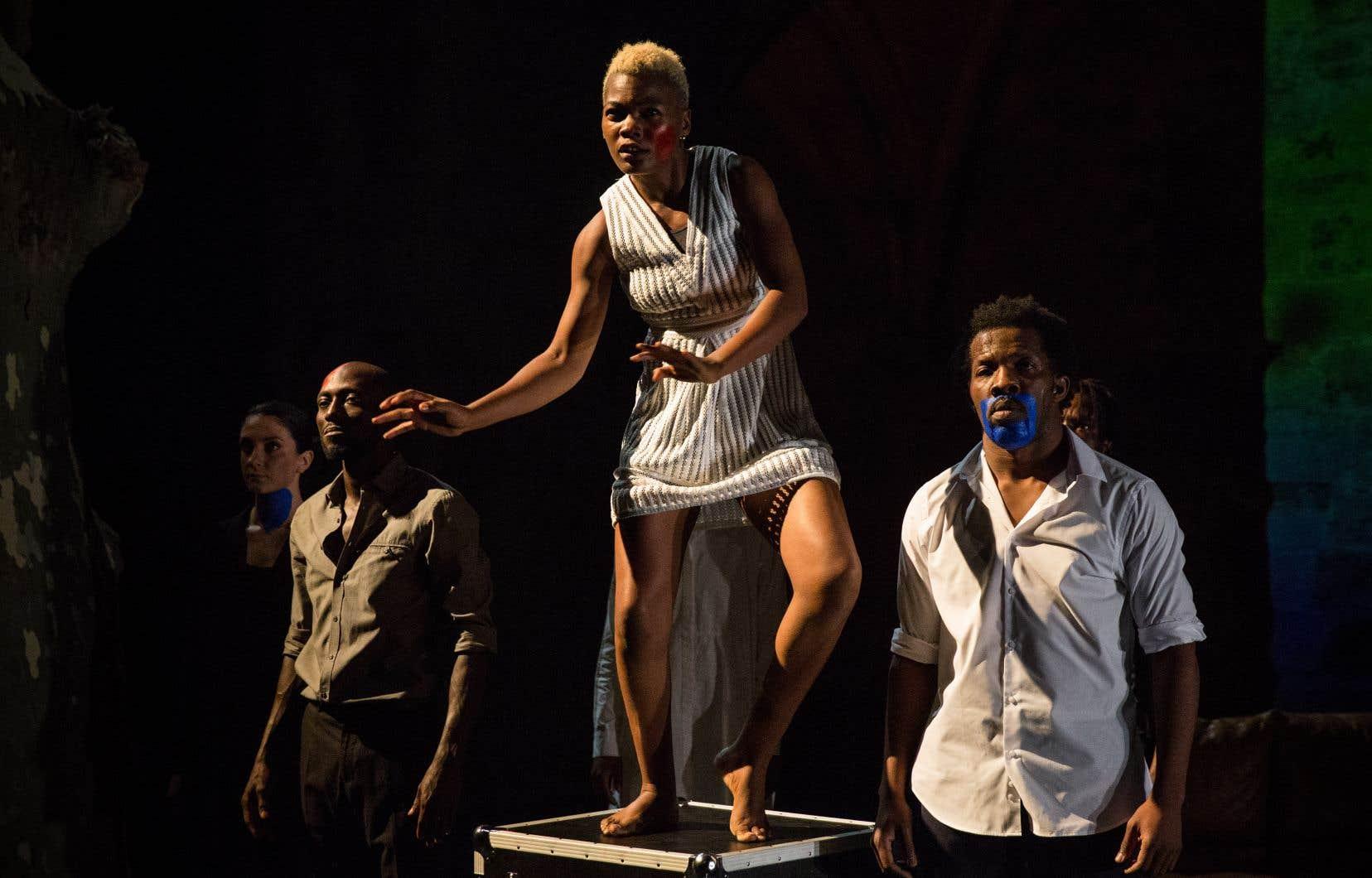 Deux des artisans de «Kalakuta Républik», de Serge Aimé Coulibaly, n'ont jamais eu leur passeport à temps; la danseuse Antonia Naouele (au centre), indispensable à la représentation, a récupéré le sien une petite quinzaine d'heures avant la première, lui laissant tout juste le temps de sauter dans un avion pour danser lors de la première.