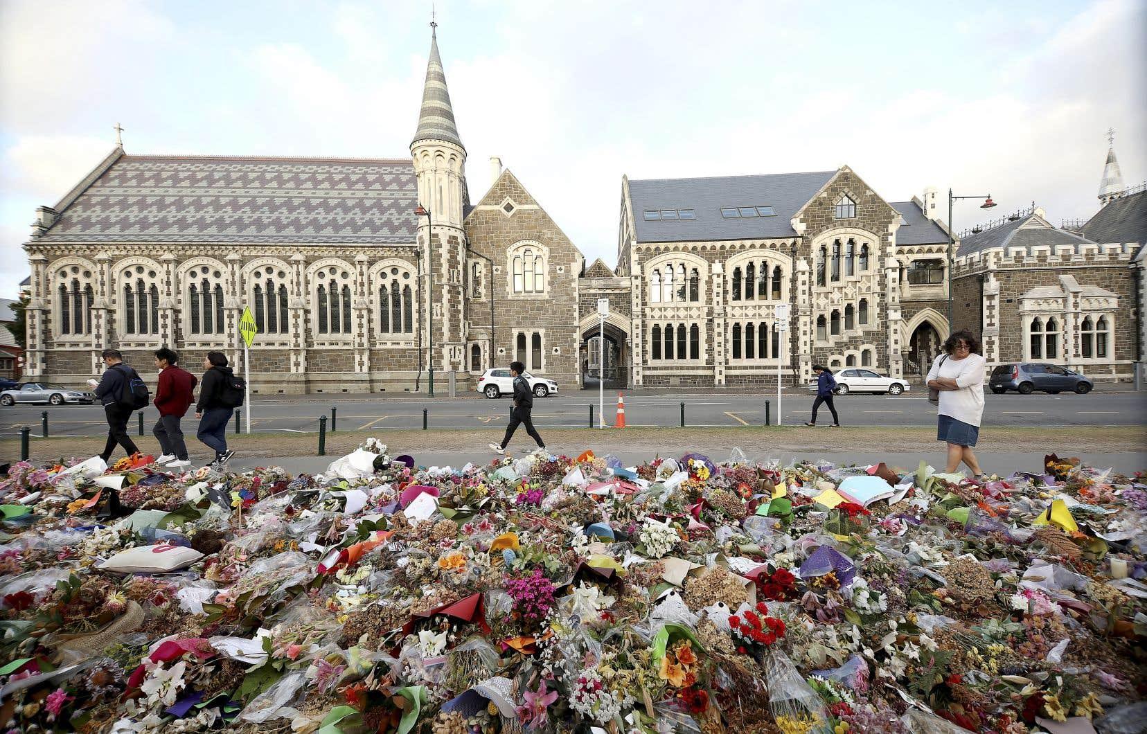 Après la diffusion en boucle de la tuerie de Christchurch sur les réseaux sociaux, le président français Emmanuel Macron s'était joint à la première ministre néo-zélandaise Jacinda Ardern pour sommer les géants du Web de se donner un code de bonne conduite. En photo, des fleurs ont été déposées près du jardin botanique de Christchurch en hommage aux victimes des attentats du 15 mars 2019.