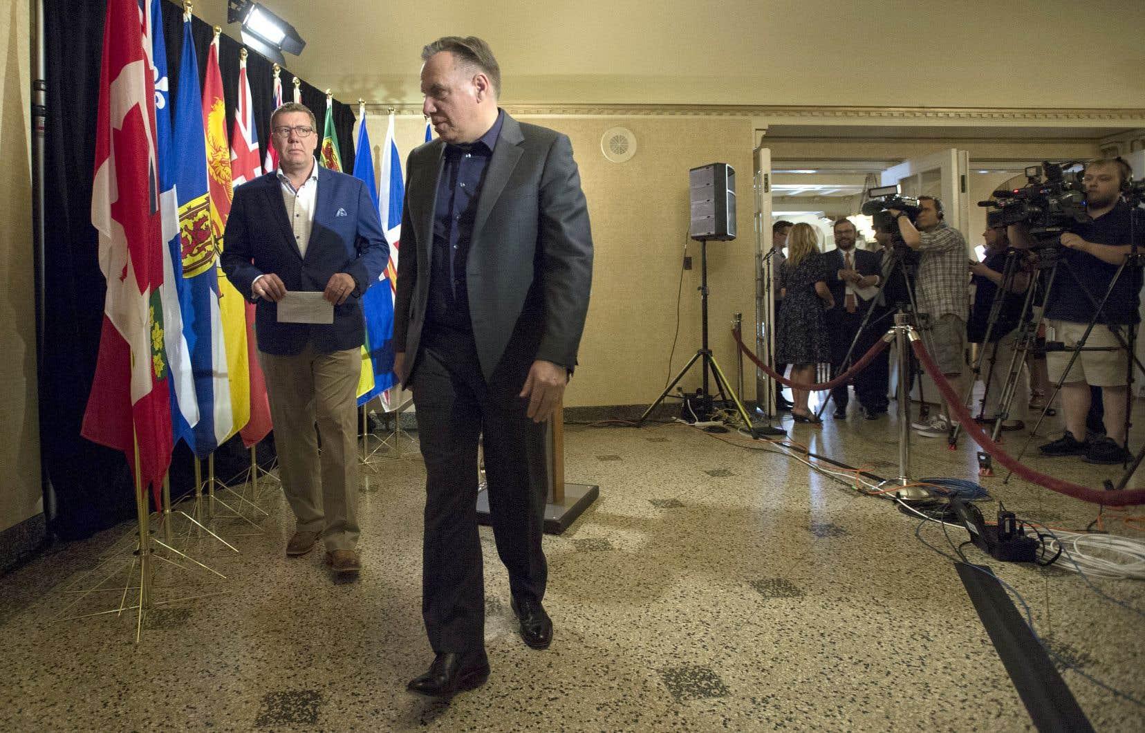 François Legault quitte la salle après s'être adressé à la presse avec le premier ministre de la Saskatchewan, Scott Moe.