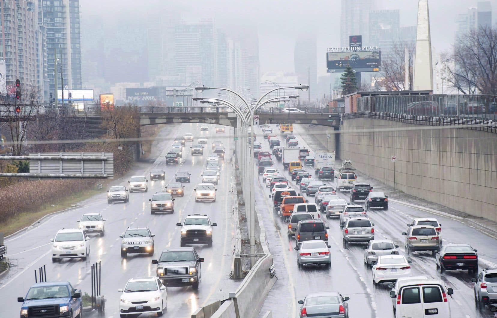 Des voitures entrent et sortent du centre-ville de Toronto.