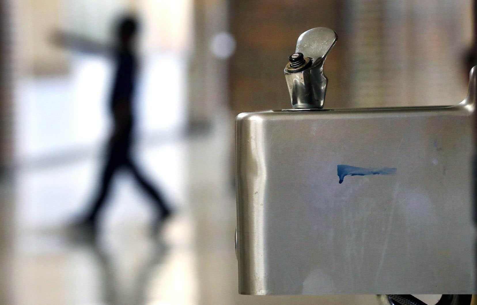 L'été dernier, le Yukon a lancé un programme pour prélever des échantillons de toutes les fontaines et de tous les robinets des écoles construites avant 1990, afin d'en remplacer et d'en refaire 162 au total.