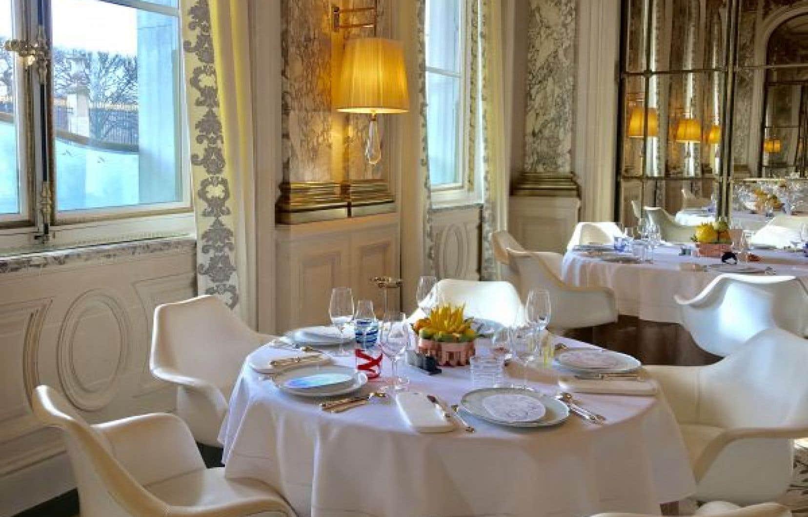 La salle du restaurant de l'hôtel Meurice est inspirée du Salon de la paix au Château de Versailles.