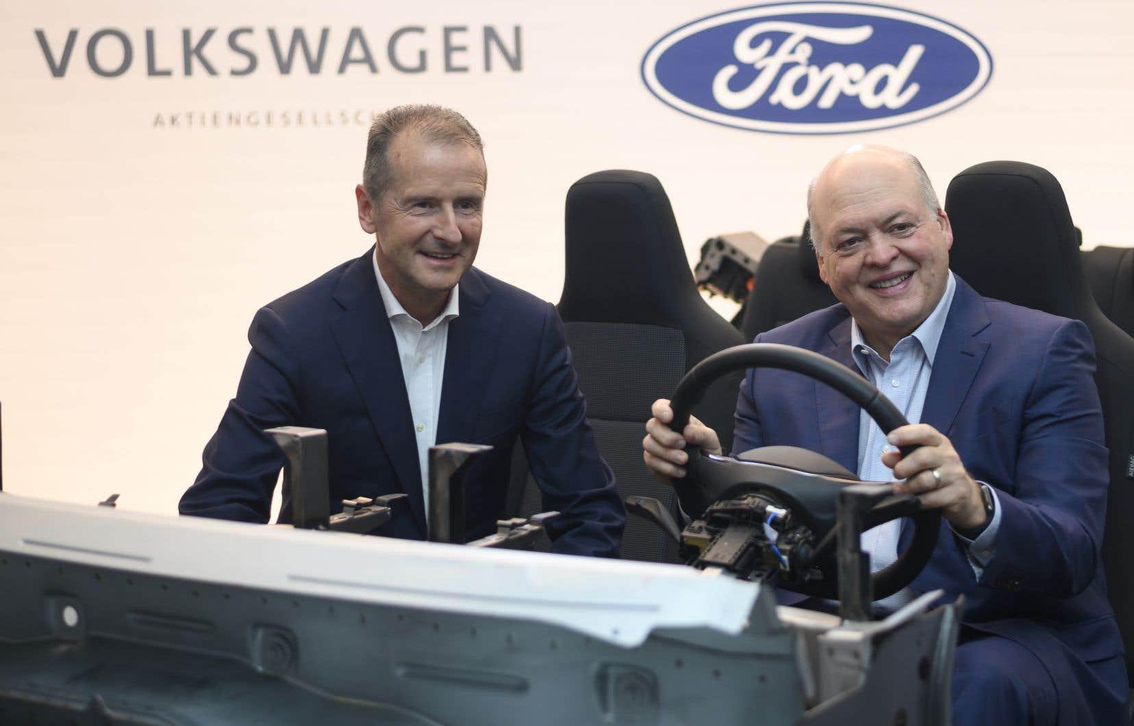 De gauche à droite: Herbert Diess, président-directeur général du Groupe Volkswagen, et Jim Hackett, président et chef de la direction de Ford Motor Company,à l'occasion de la conférence de presse.