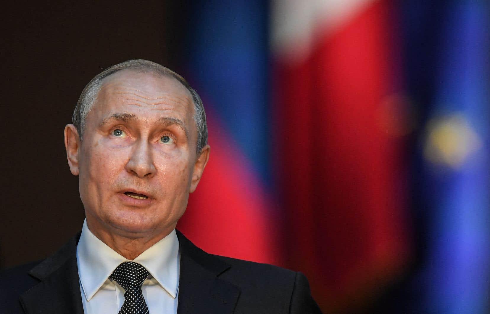 Selon l'auteur, Vladimir Poutine ne voit dans la démocratie qu'un régime fragile, décadent, livré aux influences délétères de la modernité.