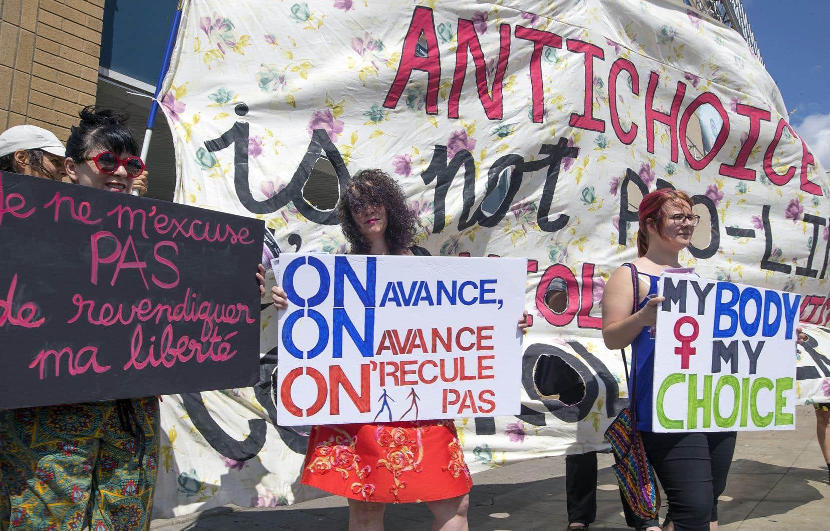 Une quarantaine de manifestants se sont rassemblés devant le cinéma Guzzo du Marché central à Montréal vendredi, où le film prenait l'affiche.