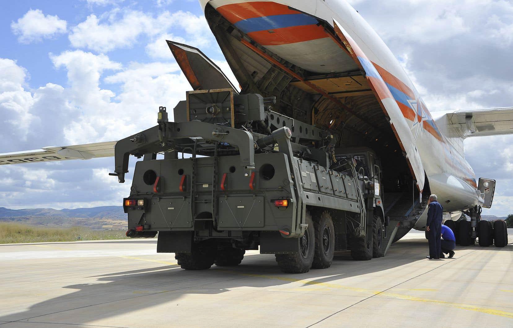 Les missiles russes S-400, que la base aérienne Murted, à Ankara, adéjà commencé à recevoir,servent de système de défense antiaérienne.