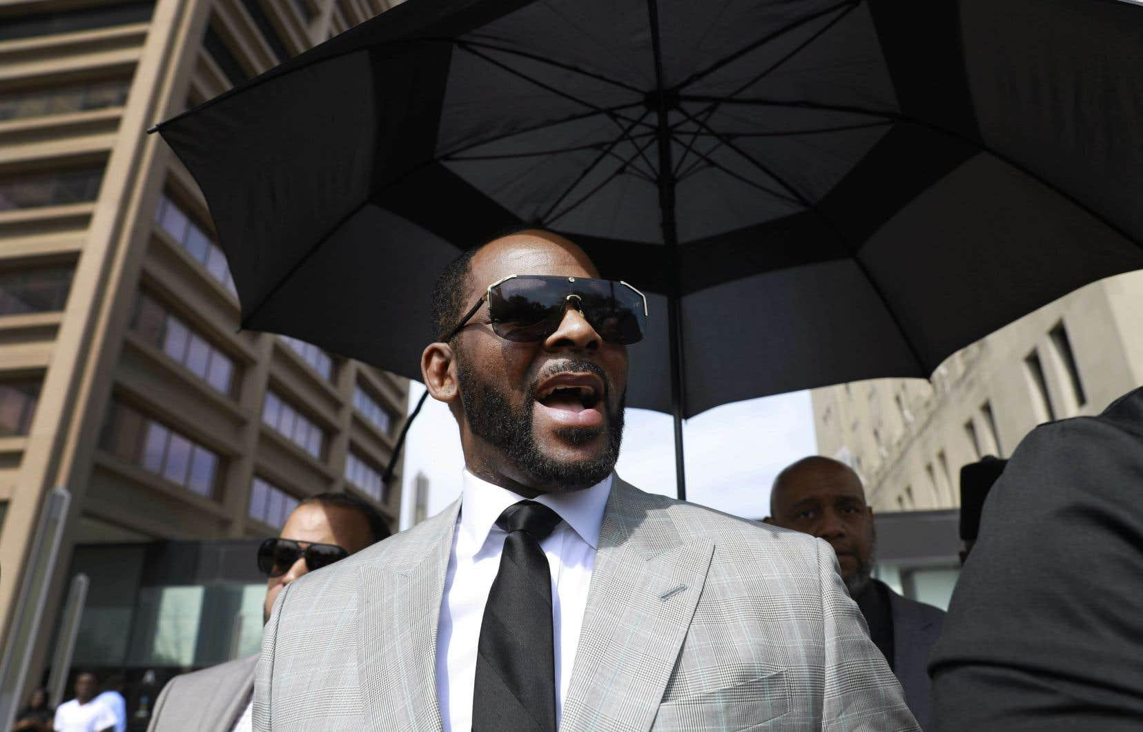 Dans cette photo d'archives du 6 juin 2019, le musicien R. Kelly quitte le tribunal pénal de Leighton après avoir plaidé non coupable à 11 nouvelles accusations liées à des agressions sexuelles à Chicago.