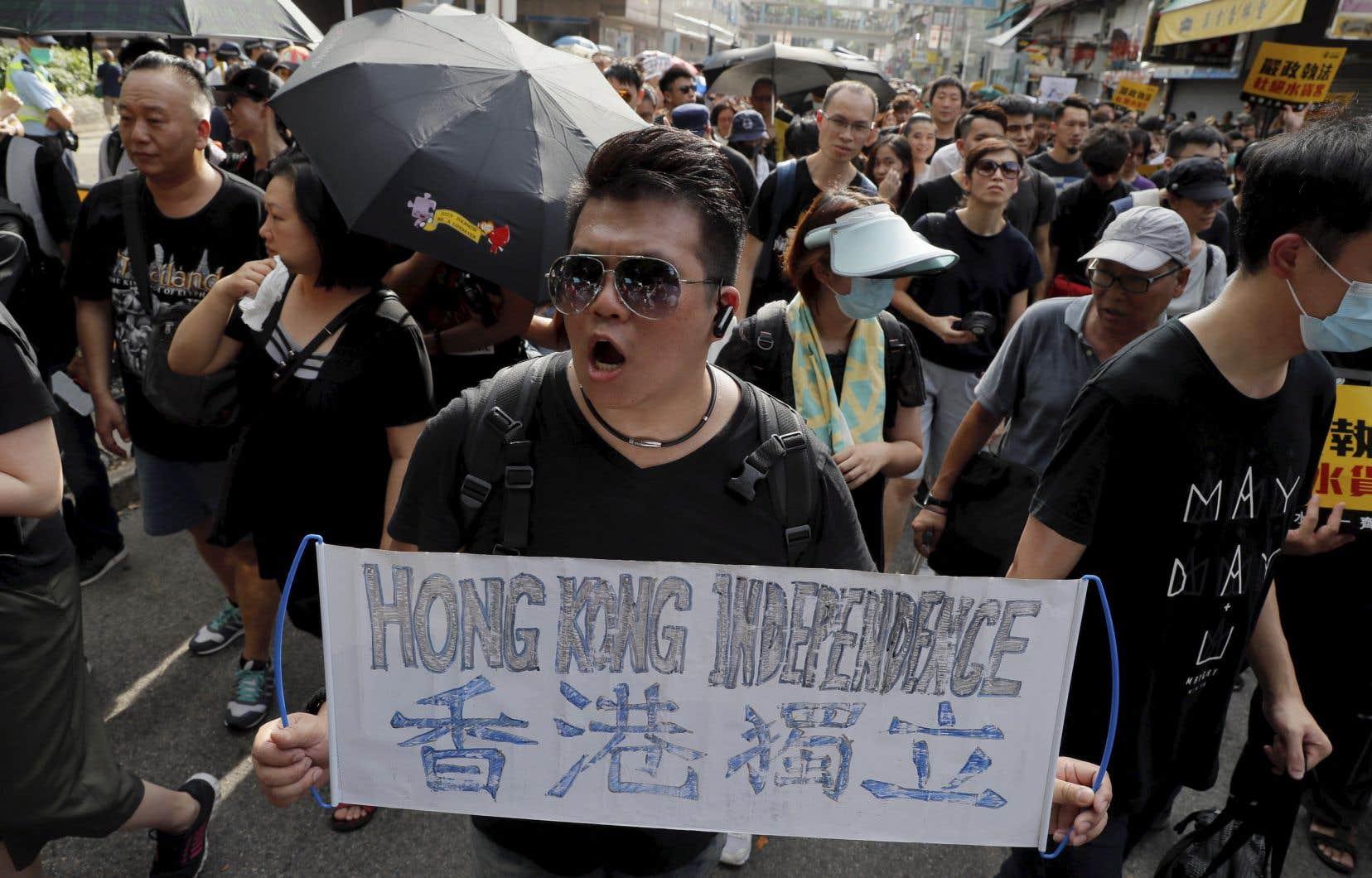 <p>Les manifestantsont marché devant des pharmacies et des boutiques de cosmétiques fort populaires auprès des touristes chinois et des commerçants continentaux qui achètent des produits à Hong Kong pour les revendre en Chine.</p>