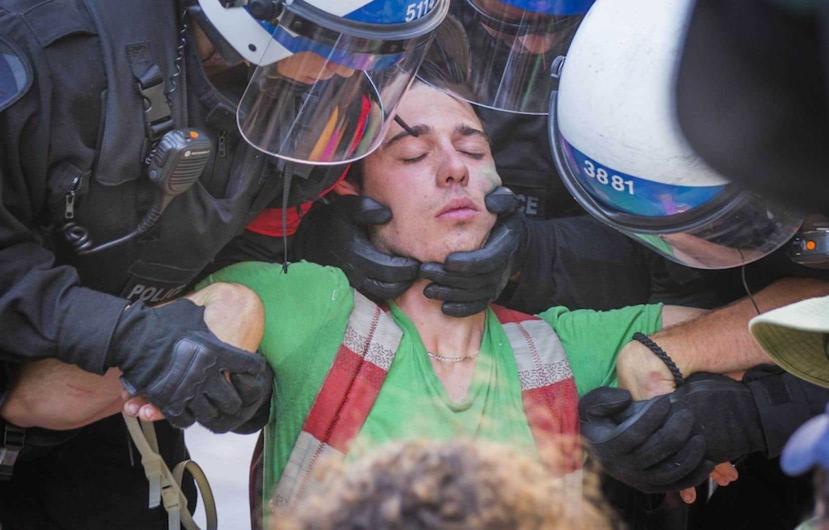 Une vingtaine de manifestants du mouvement Extinction Rébellion ont été placés en état d'arrestation après avoir refusé de quitter la rue.