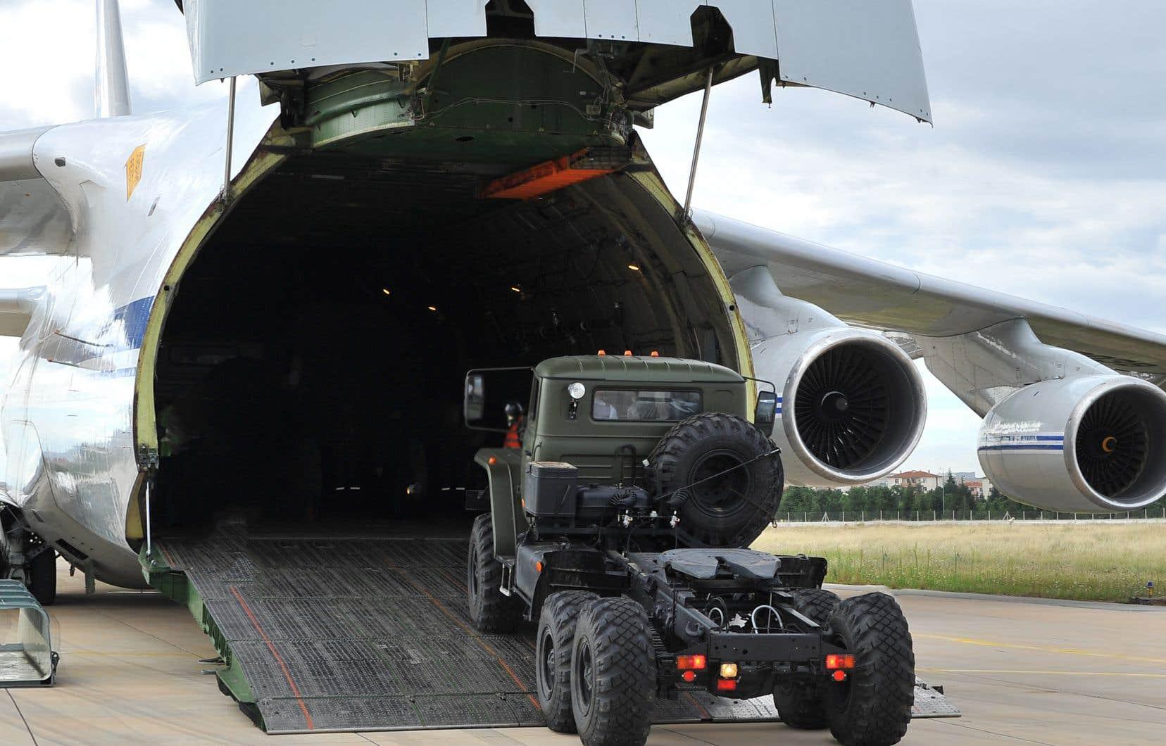 Un avion cargo, transportant le système de défense antimissile S-400 en provenance de Russie, lors de son déchargement à la base aérienne militaire Murted (également connue sous le nom de base aérienne militaire Akincilar) à Ankara.