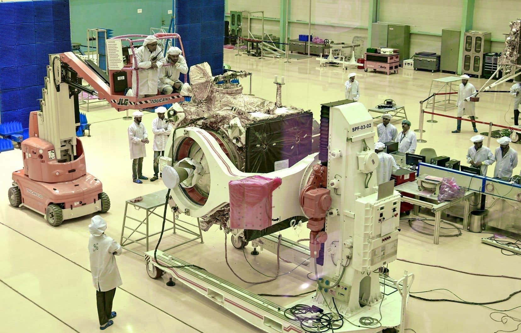 <p>Des scientifiques de l'ISRO travaillent sur le véhicule orbiteur de Chandrayaan-2.</p>