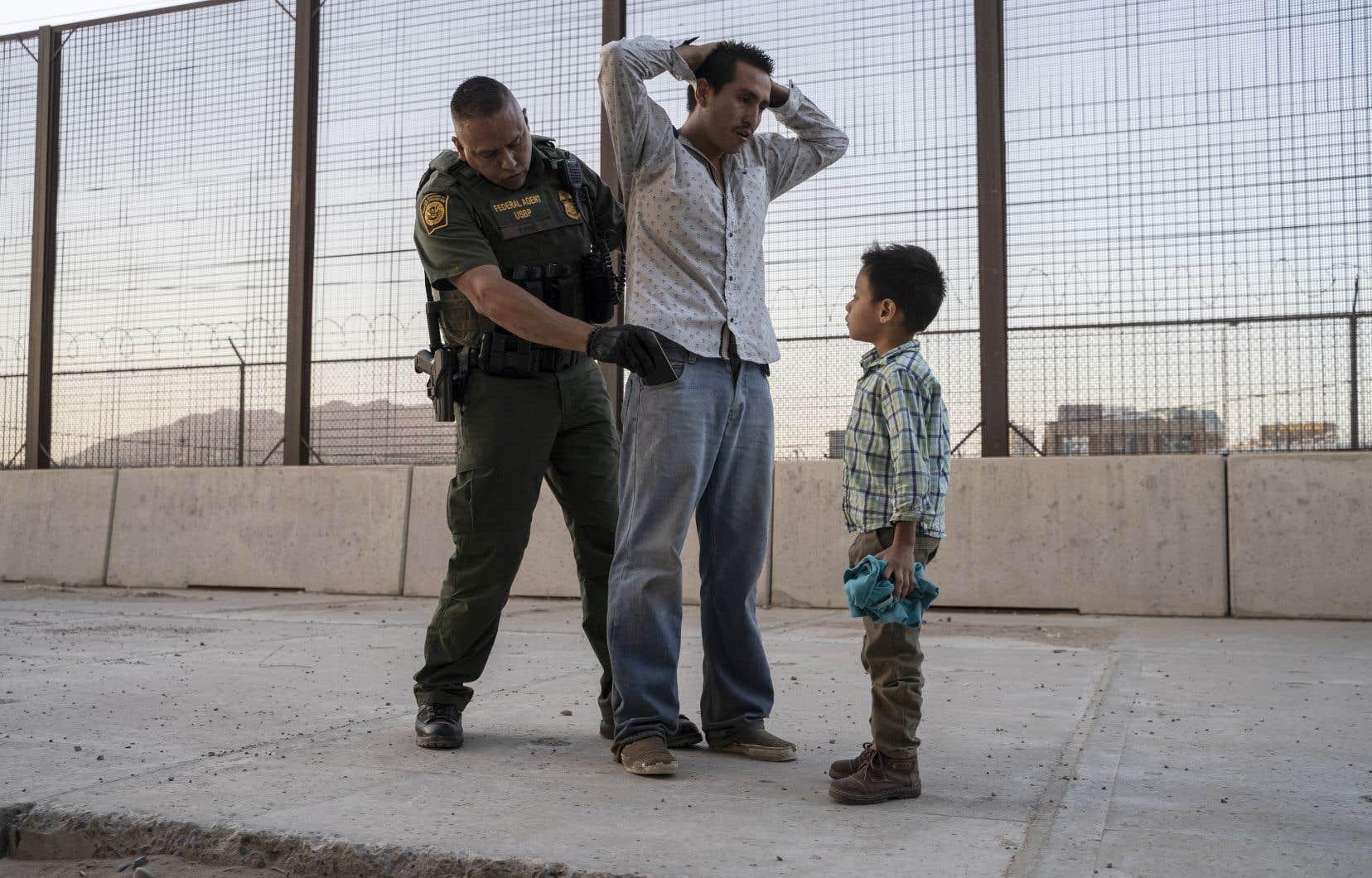 Les États-Unis font face à un afflux de migrants à leur frontière avec le Mexique, avec plus de 100000 personnes arrêtées chaque mois depuis mars, dont de nombreuses familles avec enfants.