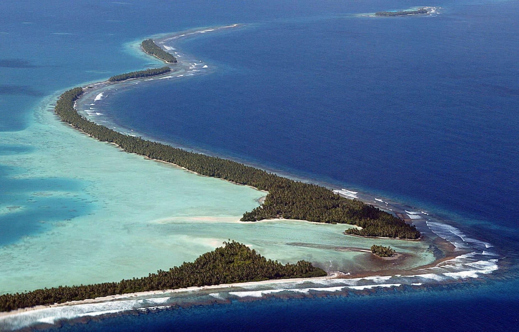 Les États insulaires comme les Tuvalu, Tokelau et Kiribati sont considérés comme les plus vulnérables au réchauffement climatique de la planète et les populations craignent d'être chassées par la montée des eaux.