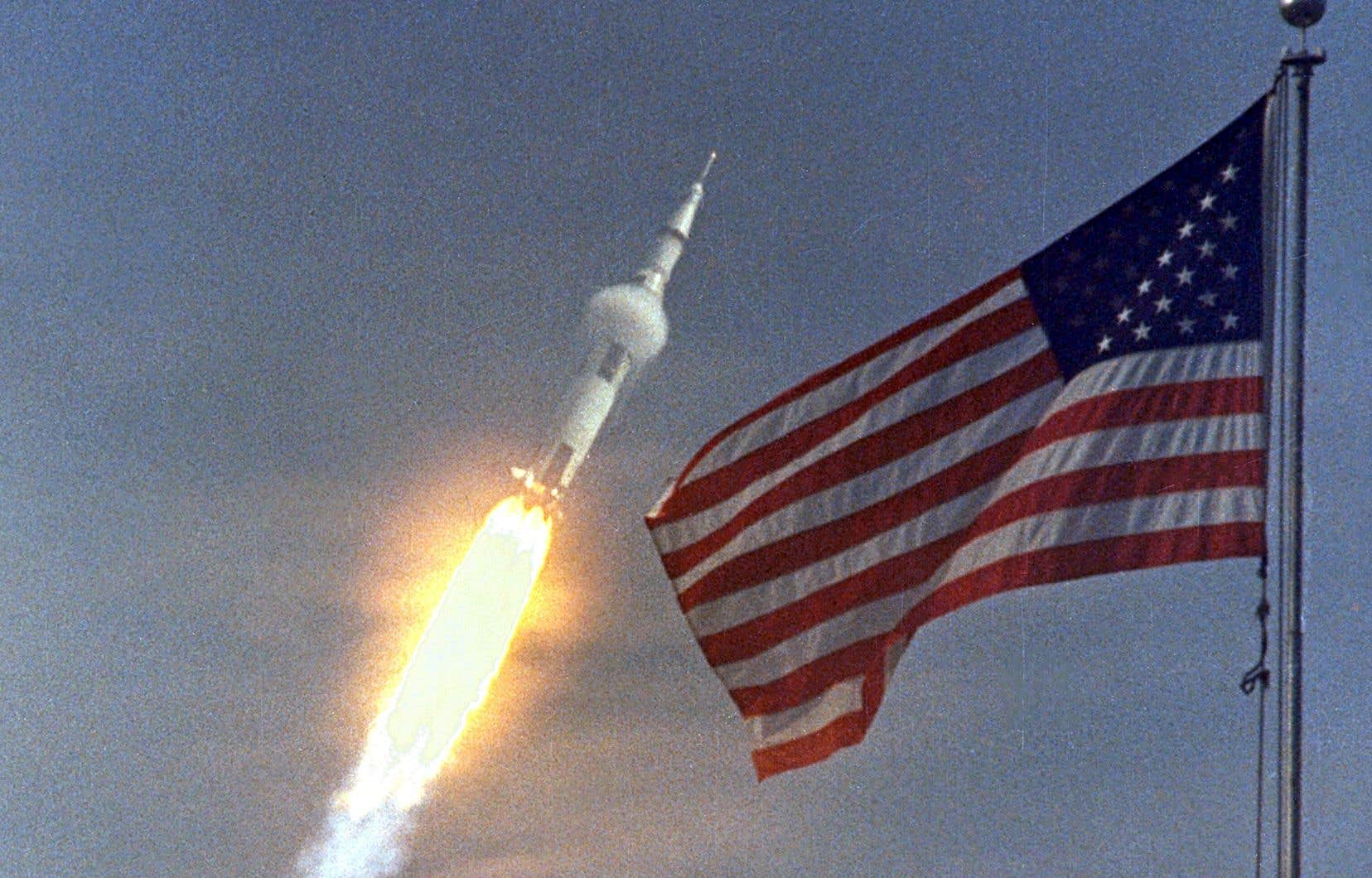 La fusée «Saturn V» de la missionApollo 11 s'est envolée avec Neil A. Armstrong, Michael Collins et Edwin «Buzz» Aldrin, à 9 h 32 le 16 juillet 1969, à partir du complexe de lancement du Centre spatial Kennedy.