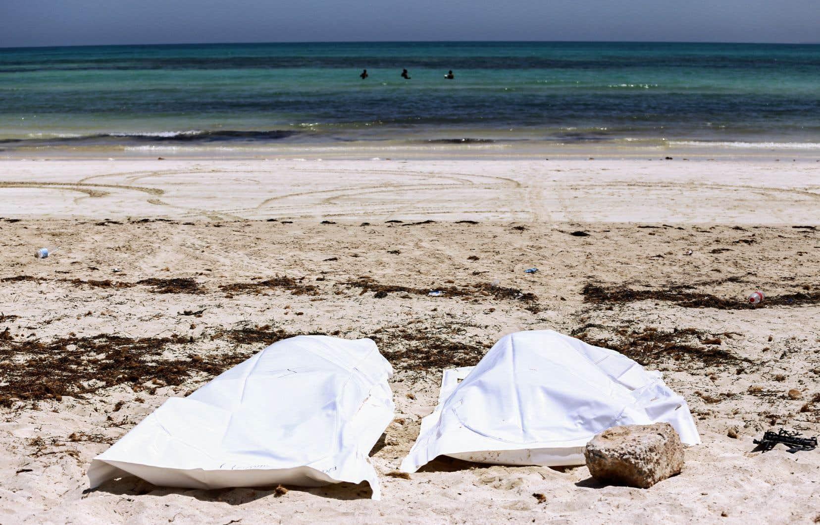 Sur la plage d'Aghir, dans le sud de la Tunisie, des dépouilles retrouvées provenant d'un bateau transportant 86 migrants qui ont péri au large de la côte tunisienne, alors qu'ils traversaient la Méditerranée entre la Libye et l'Italie.