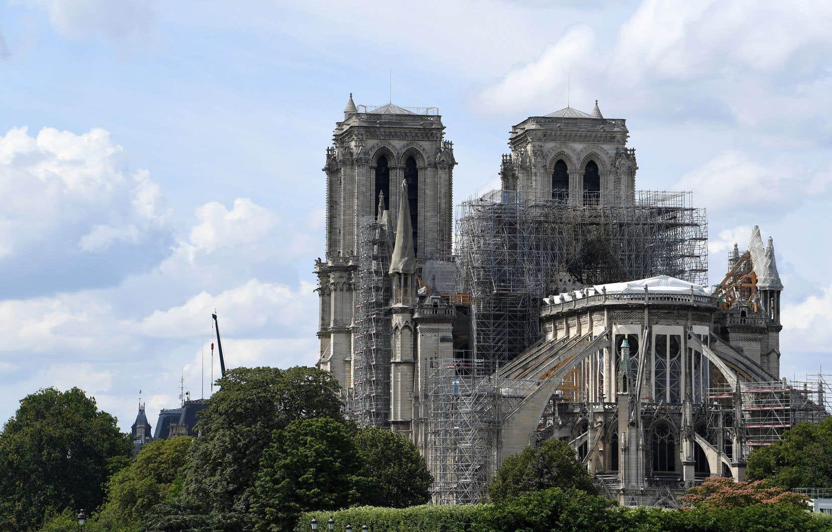Chef-d'œuvre de l'art gothique, la cathédrale Notre-Dame de Paris a été frappée par un incendie qui a détruit sa charpente et sa flèche le 15avril dernier.