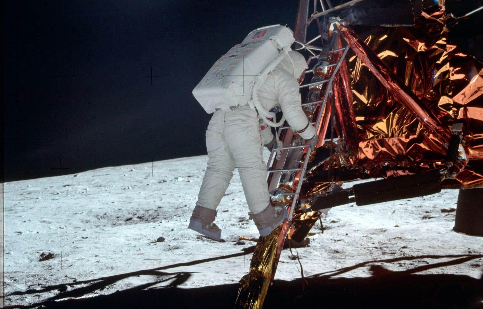 Buzz Aldrin est descendu le long d'une patte du module lunaire, le 21 juillet 1969, pour fouler le sol de la Lune.