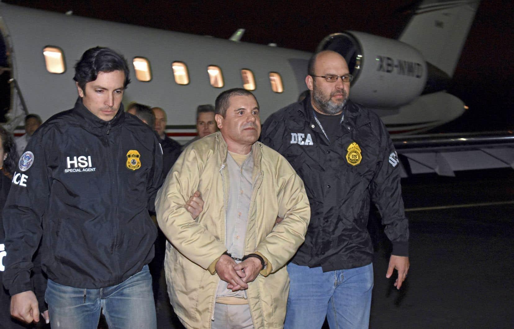En janvier 2017,après avoir été capturé trois fois et s'être échappé deux fois de prison,Joaquin Guzman, alias «El Chapo», a été extradévers les États-Unis.