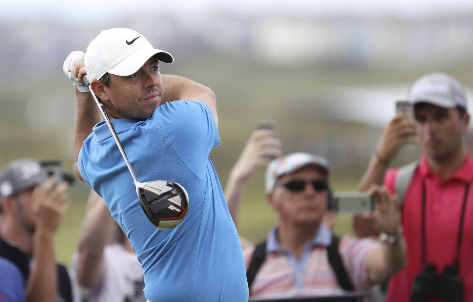 Rory McIlroy, d'Irlande du Nord, joue son coup de départ lors d'une séance d'essais avant le début du championnat de golf.