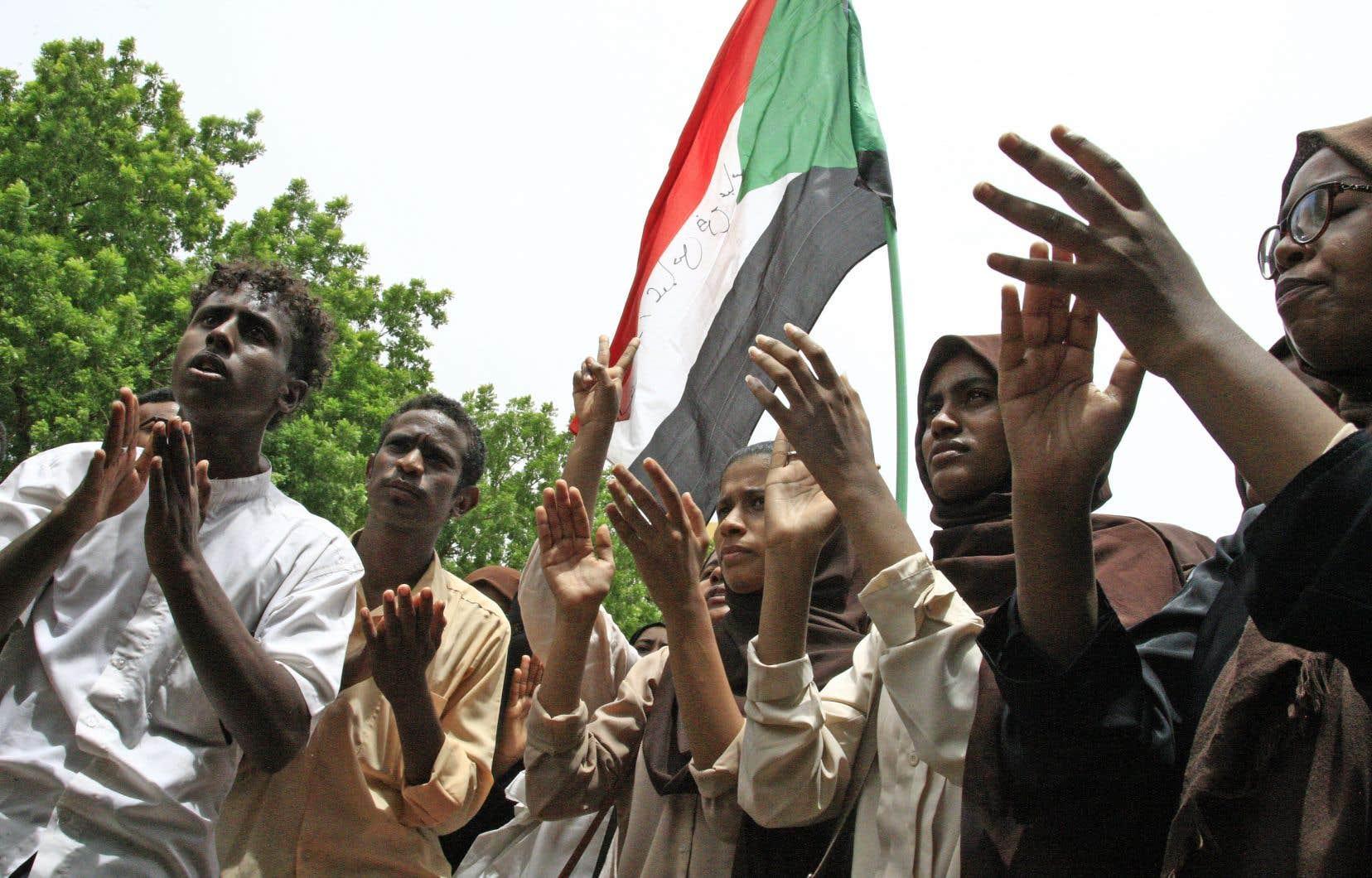 En début d'après-midi, mercredi, quelques dizaines d'étudiants ont scandé à tue-tête les mots «révolution» et «gouvernement civil» devant leur université de Khartoum.