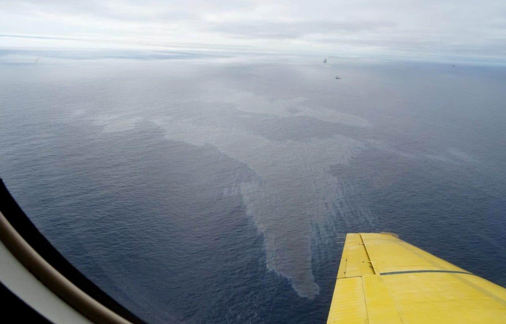 Un vol de surveillance a permis d'estimer à 12000 litres la quantité de pétrole déversée dans l'océan Atlantique.