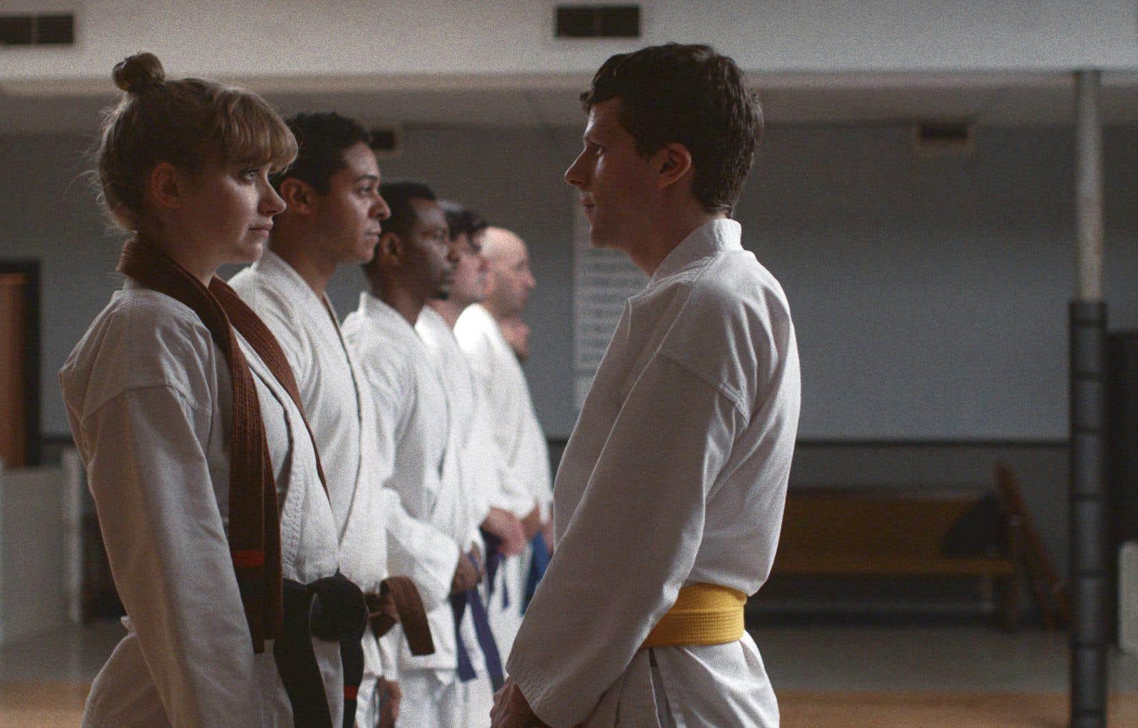 Notre lassitude devant un film comme «L'art de l'autodéfense» provient aussi de la présence prévisible d'un acteur de la trempe de Jesse Eisenberg pour refaire ce numéro du perdant au dos courbé qu'il a déjà fait plus d'une fois ailleurs.