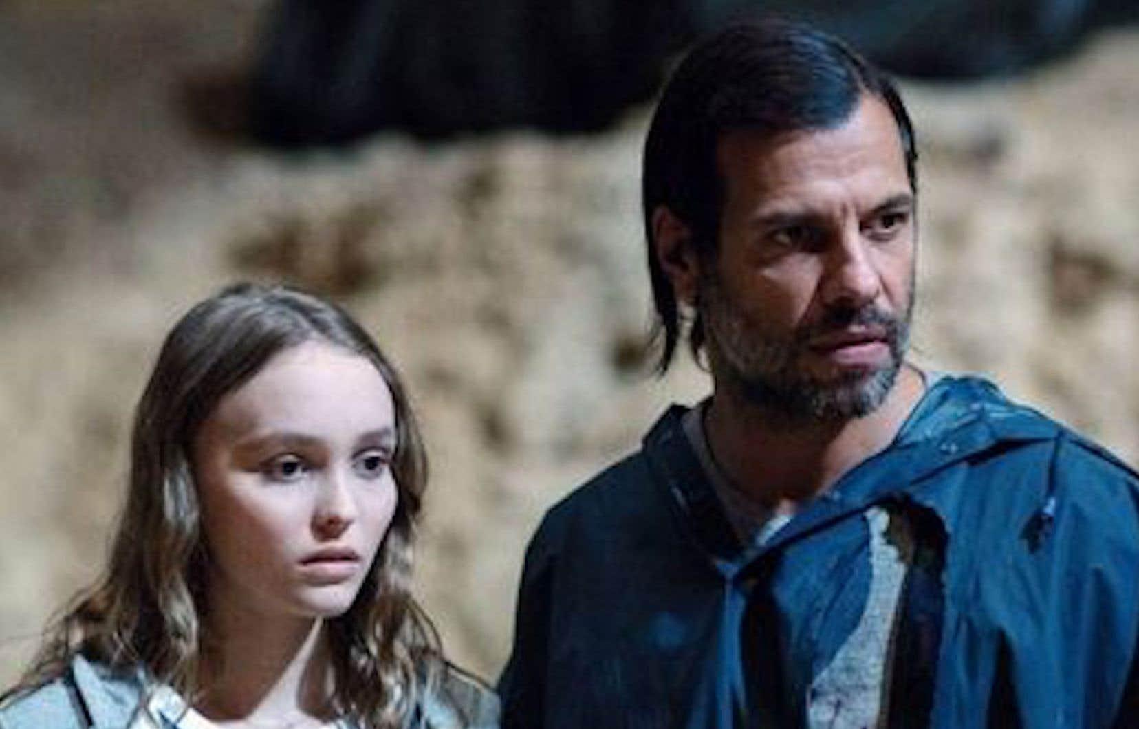 Laura (Lily-Rose Depp, incolore) est tout ce qu'il y a de banal — un fantasme mièvre de jeune fille en fleur attirée par un homme mûr possiblement dangereux (Laurent Lafitte, beige aussi).