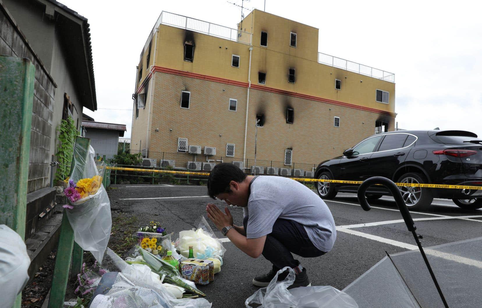 <p>Dans le quartier résidentiel de Kyoto, ville de l'ouest de l'archipel où est survenu le drame, l'odeur de brûlé imprégnait les lieux, tandis que des passants venaient déposer des fleurs sous un ciel gris et lourd.</p>