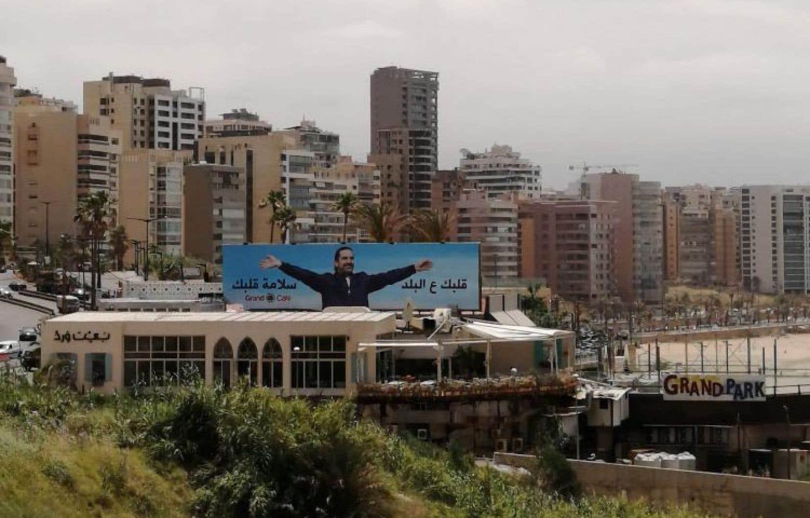 Derrière l'énorme affiche du premier ministre Saad Hariri se trouve l'une des plus belles plages de Beyrouth.