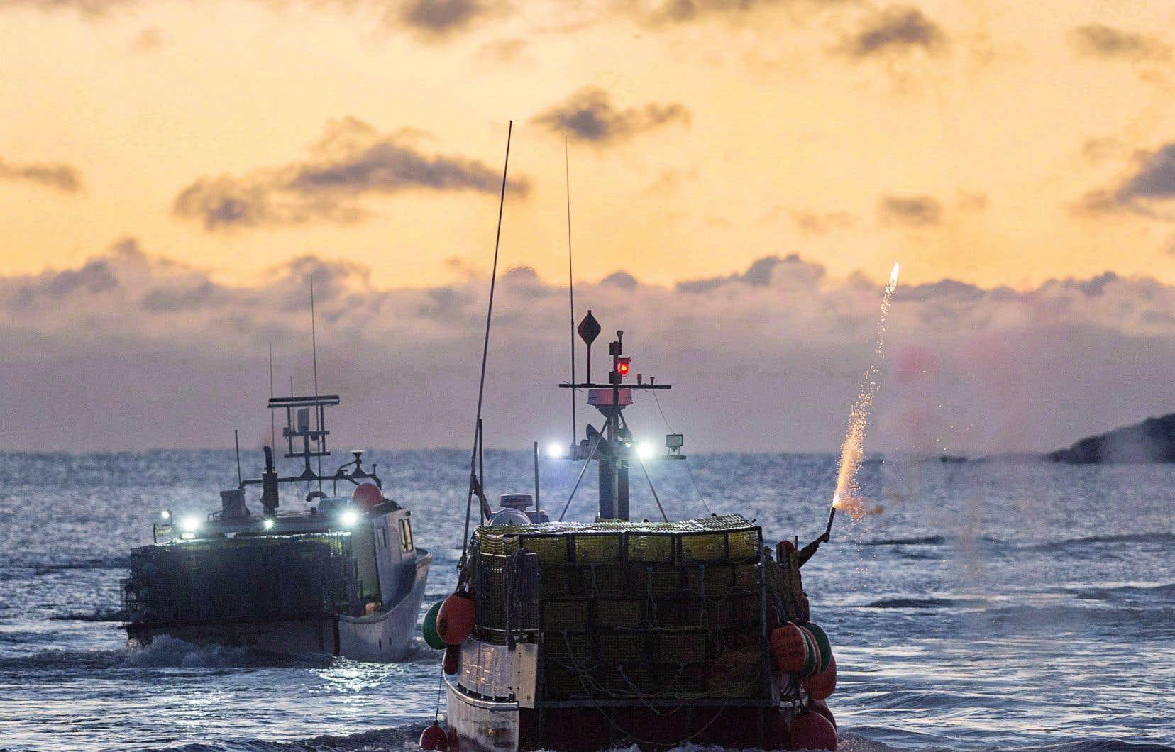 Des bateaux de pêche partent de West Dover, en Nouvelle-Écosse, le 28 novembre 2017.