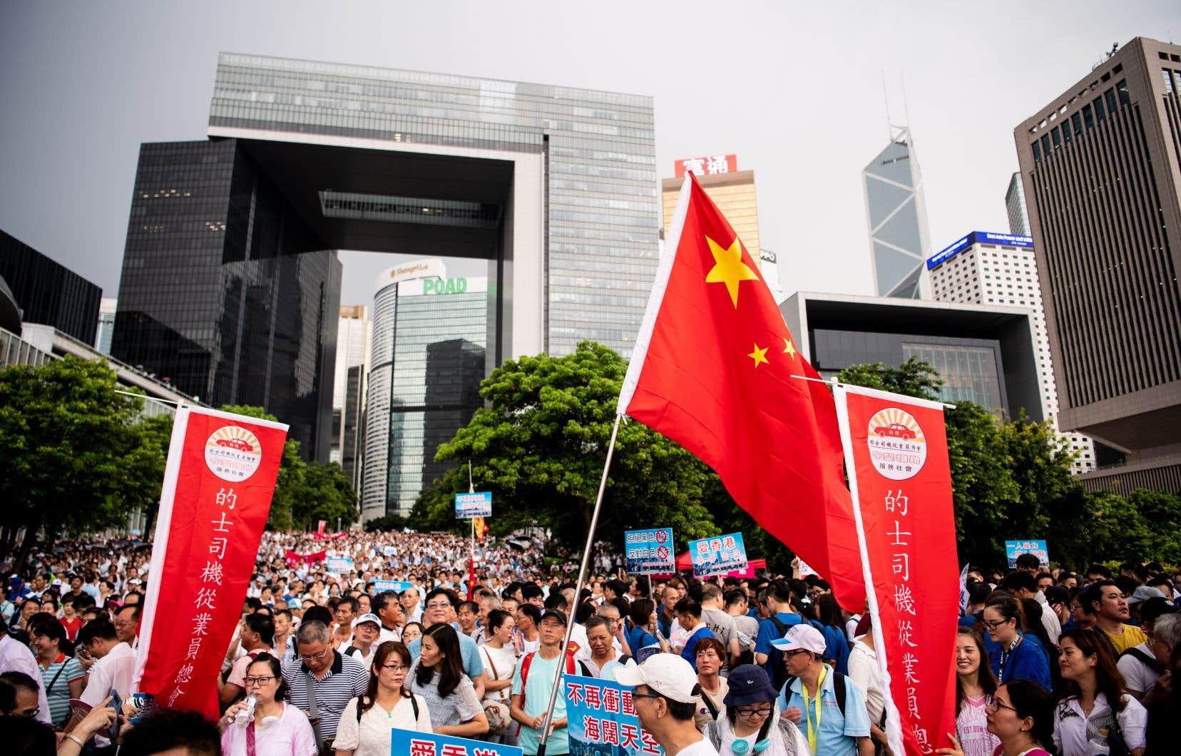 Ils exprimaient leur soutien à la police et au gouvernement, en réponse au mouvement de contestation massif.