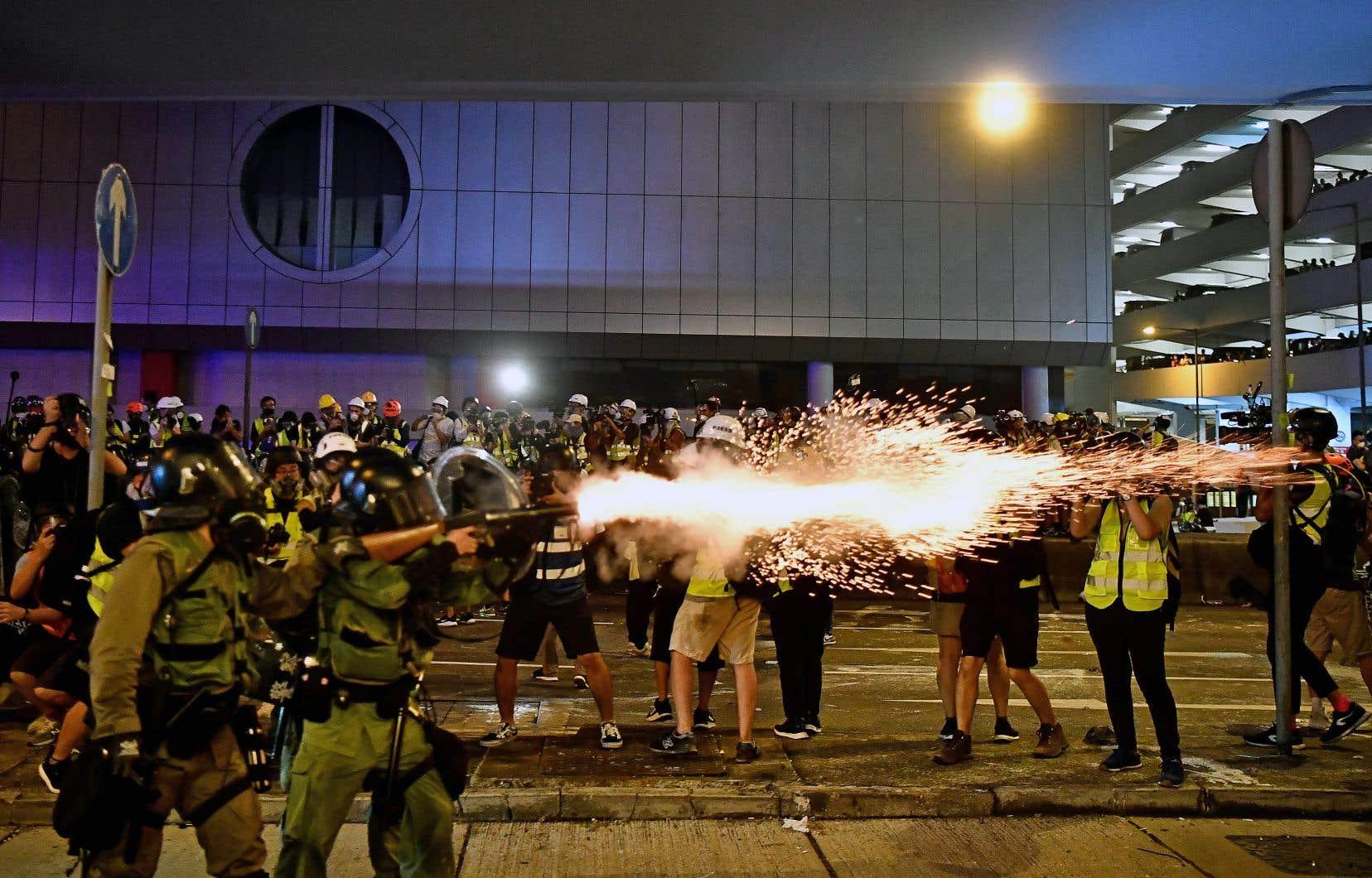 La police a tiré du gaz lacrymogène, dimanche soir, pour disperser la population.