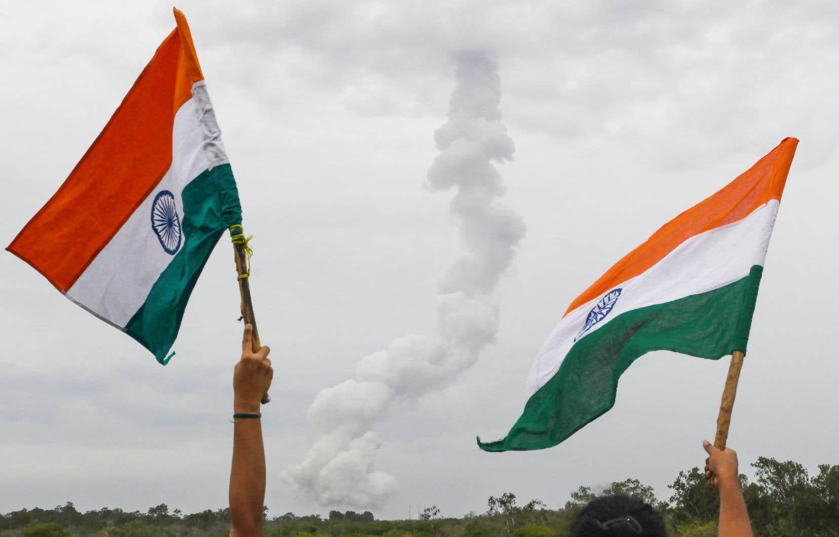 Plusieurs Indiens se sont réunis lors du lancementde la fusée GSLV-MkIII sur le site del'agence spatiale indienne ISRO.