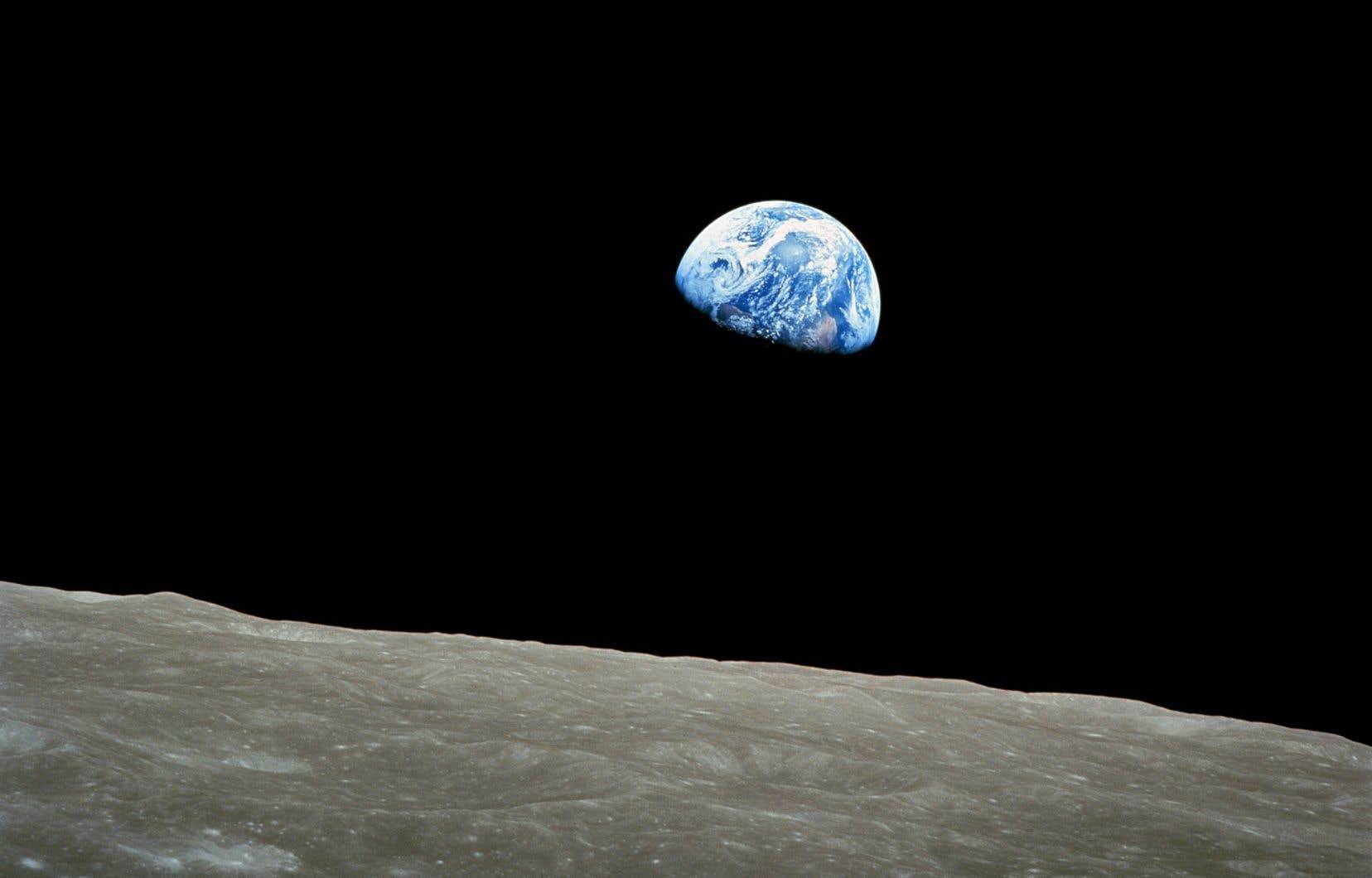 Première photo de lever de Terre de l'histoire, prise le 24 décembre 1968 par William Anders, membre d'équipage d'Apollo 8.
