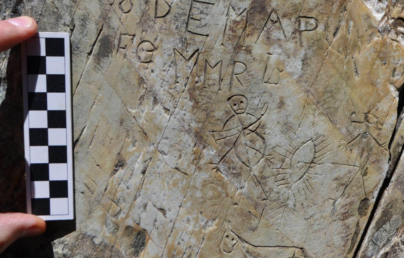 <p>Les pétroglyphes montrent des figures humaines et des motifs de fertilité caractéristiques des autres sculptures des peuples de langue algonquienne de l'est du Canada et de la Nouvelle-Angleterre.</p>
