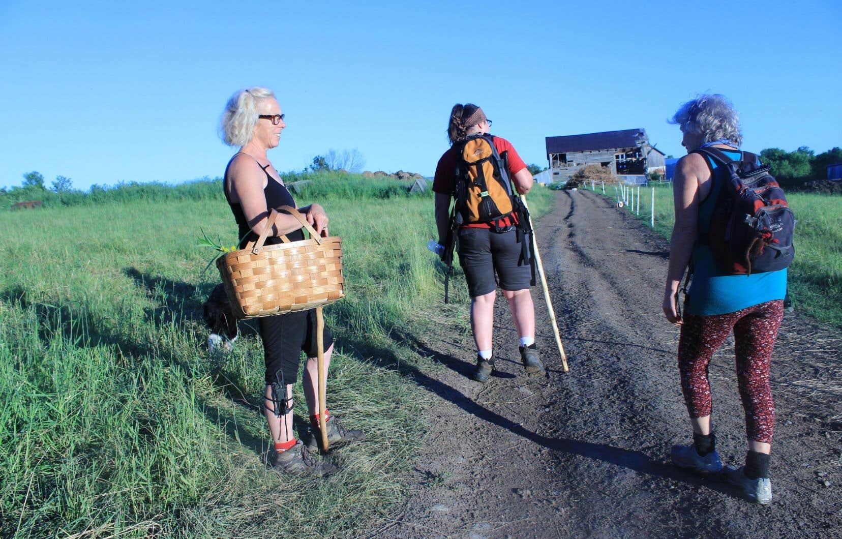La cueilleuse chevronnée Ruthie Cummings, à gauche, et des chasseuses de denrées sauvages