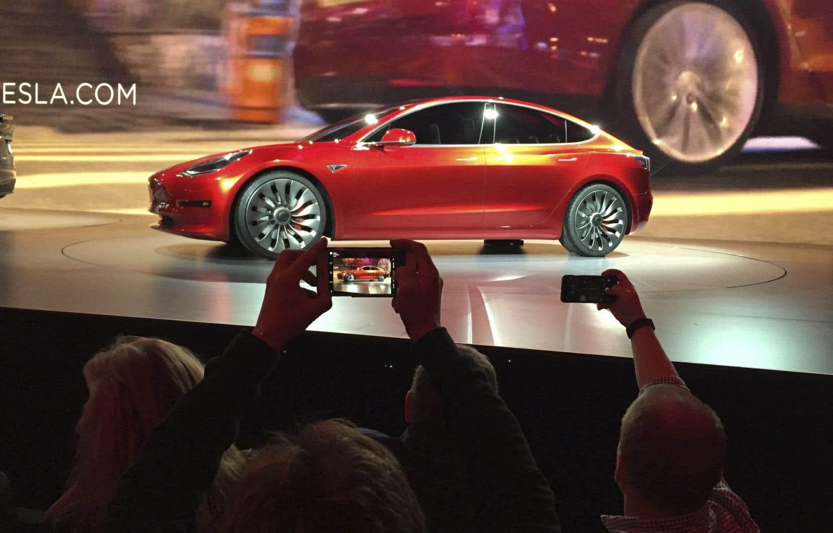 Tesla a récemment baissé le prix de sa Model 3, sa voiture électrique la plus populaire, et aabandonné les versions standard de ses voitures premium Model X et S pour simplifier son offre, précise l'agence Reuters.
