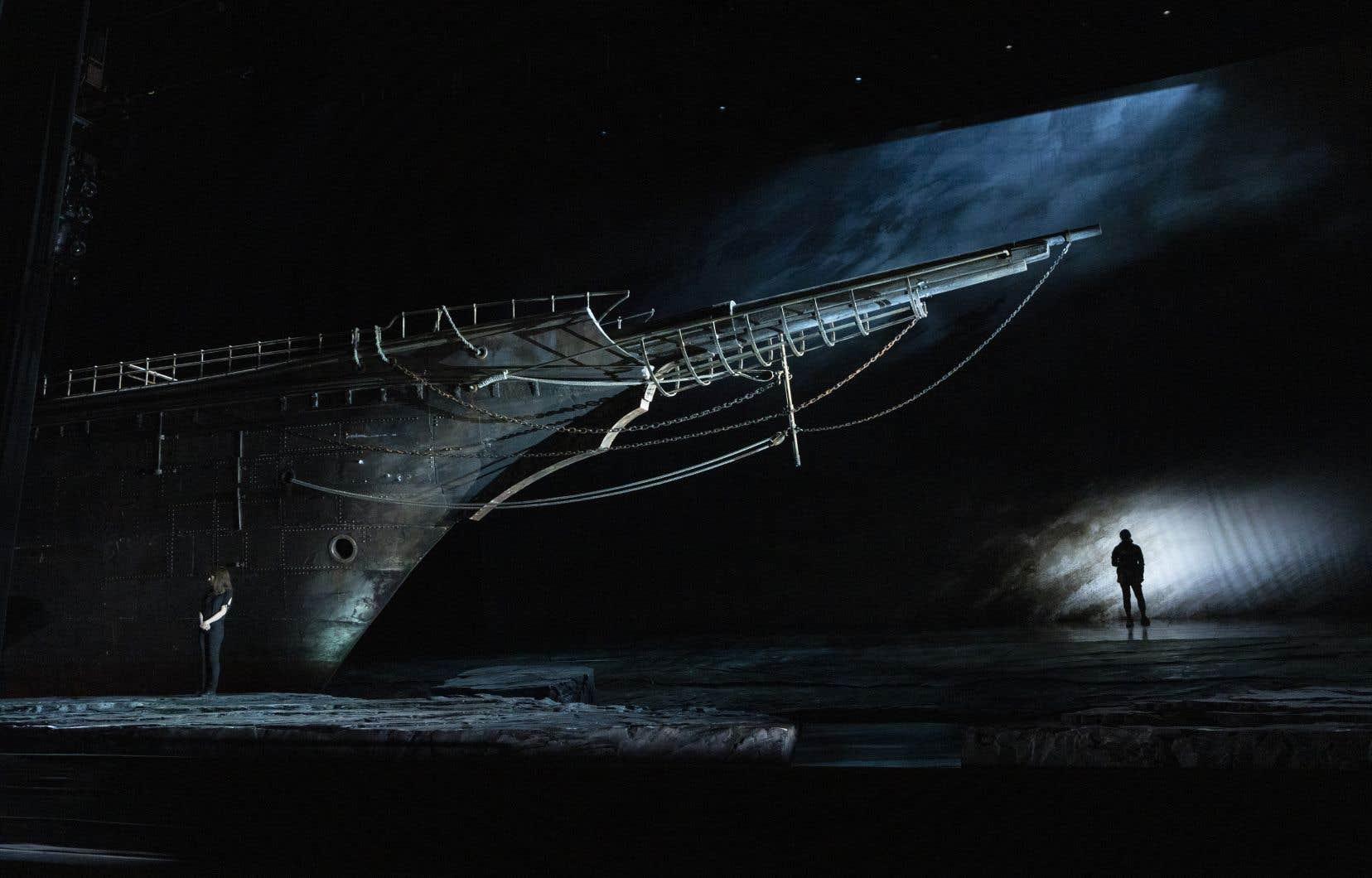 Le vaisseau fantôme, mis en scène par François Girard, en répétition sur la scène du Grand Théâtre à Québec, prend pour point de départ un tableau: celui du «Hollandais volant», dont le capitaine maudit hante les histoires de marins.