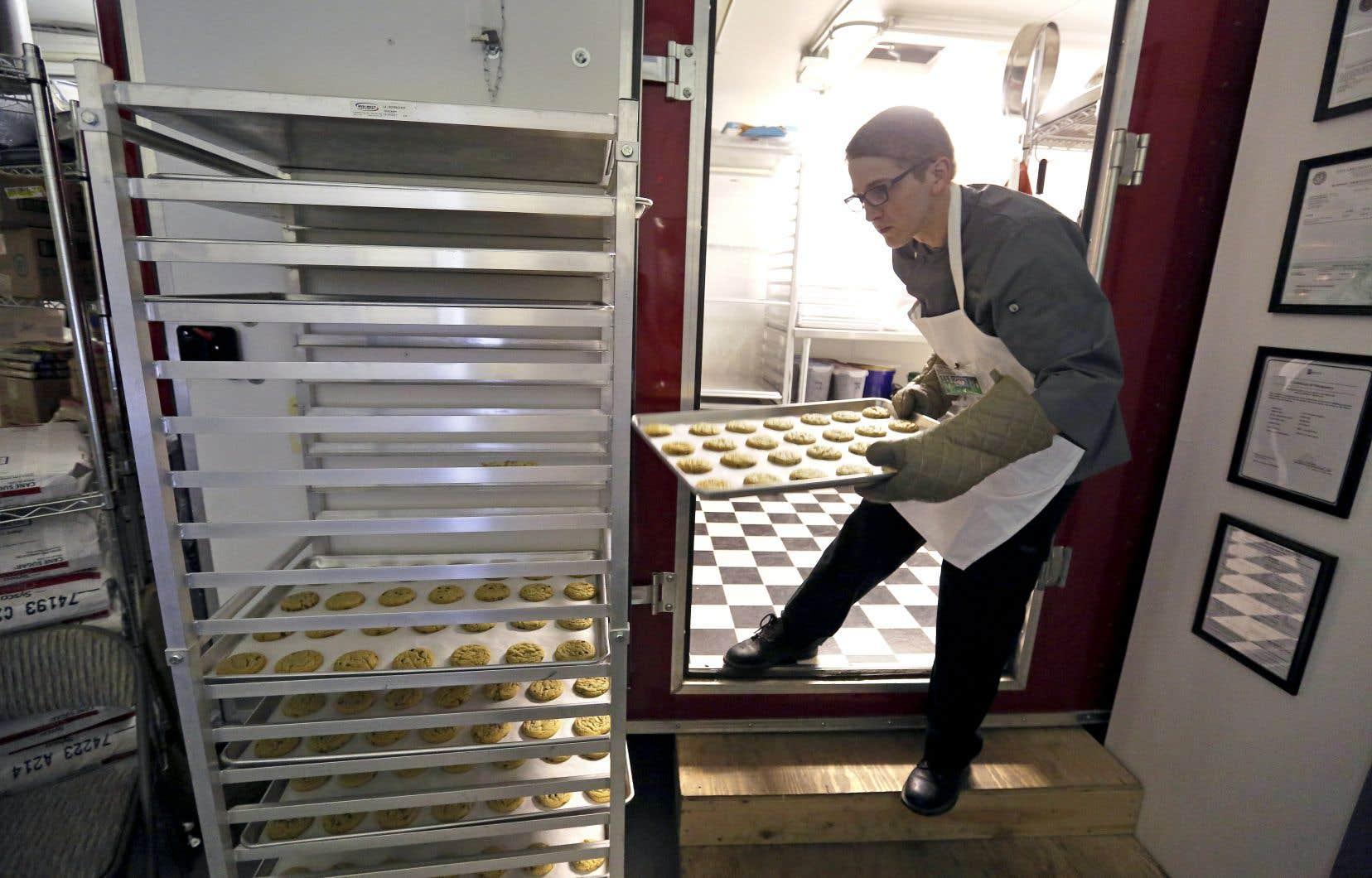 Une fabrique de biscuits au cannabis. De tels produits ne pourront pas être vendus dans les magasins de la SQDC lorsqu'ils seront devenus légaux, en octobre prochain.
