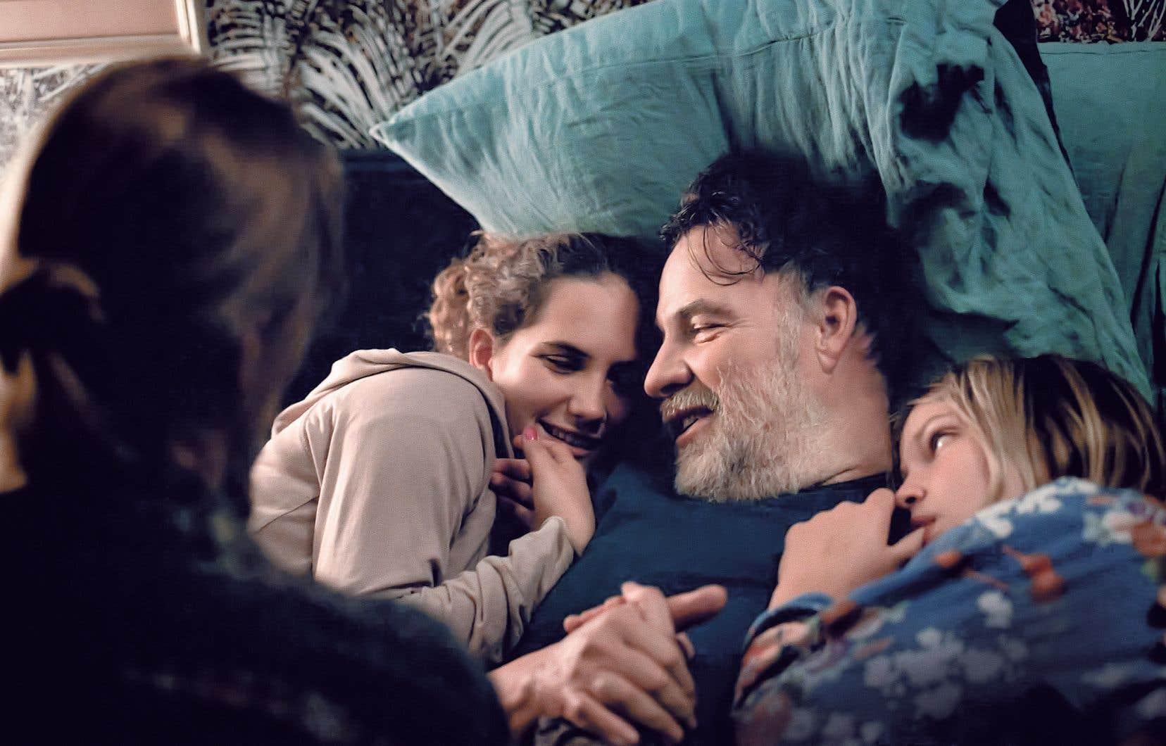 Avec doigté et un sens aiguisé du détail, la cinéaste Claire Burger ausculte une cellule familiale subissant encore les contrecoups de son éclatement récent dans son long-métrage intitulé «C'est ça l'amour».