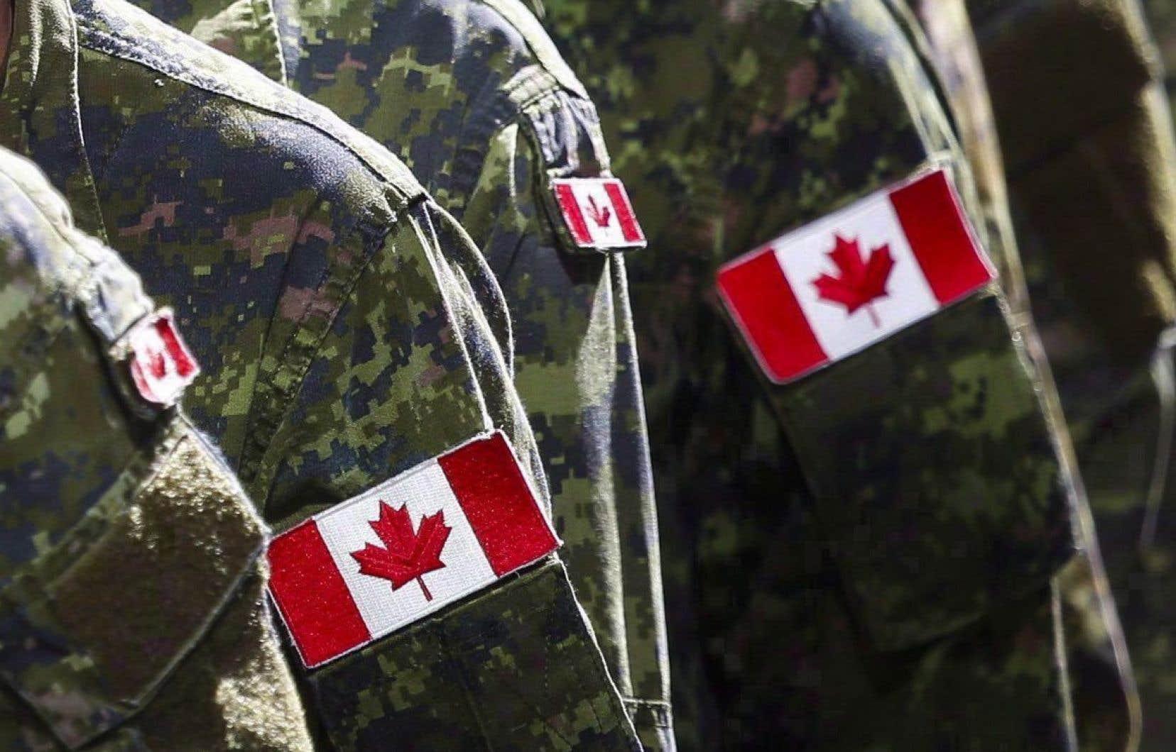 Plusieurs militaires accusés d'infractions pénales graves et d'autres infractions non militaires avaient fait valoir qu'ils avaient droit à un procès devant jury, comme le garantit la Charte des droits et libertés au Canada.