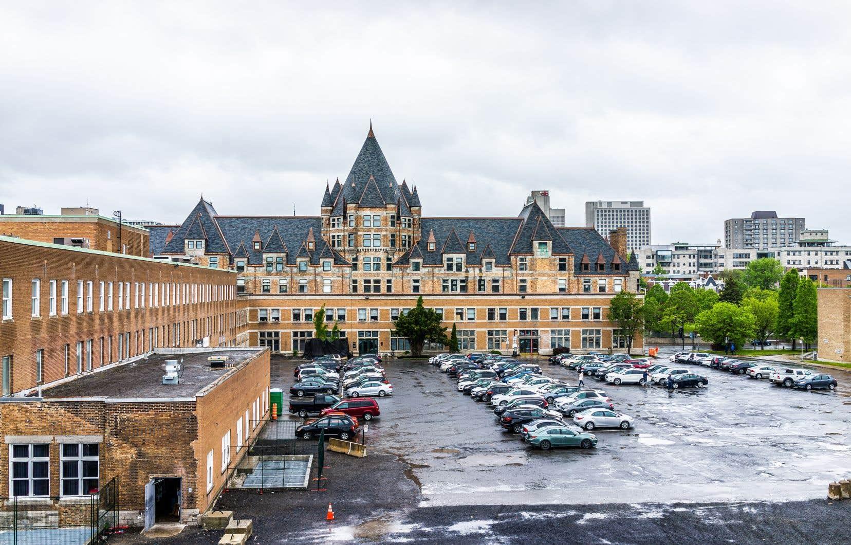 La gare-hôtel Viger, conçue par l'architecte Bruce Price en 1896-1898, est un immeuble de valeur patrimoniale exceptionnelle, selon le plan d'urbanisme de la Ville de Montréal.