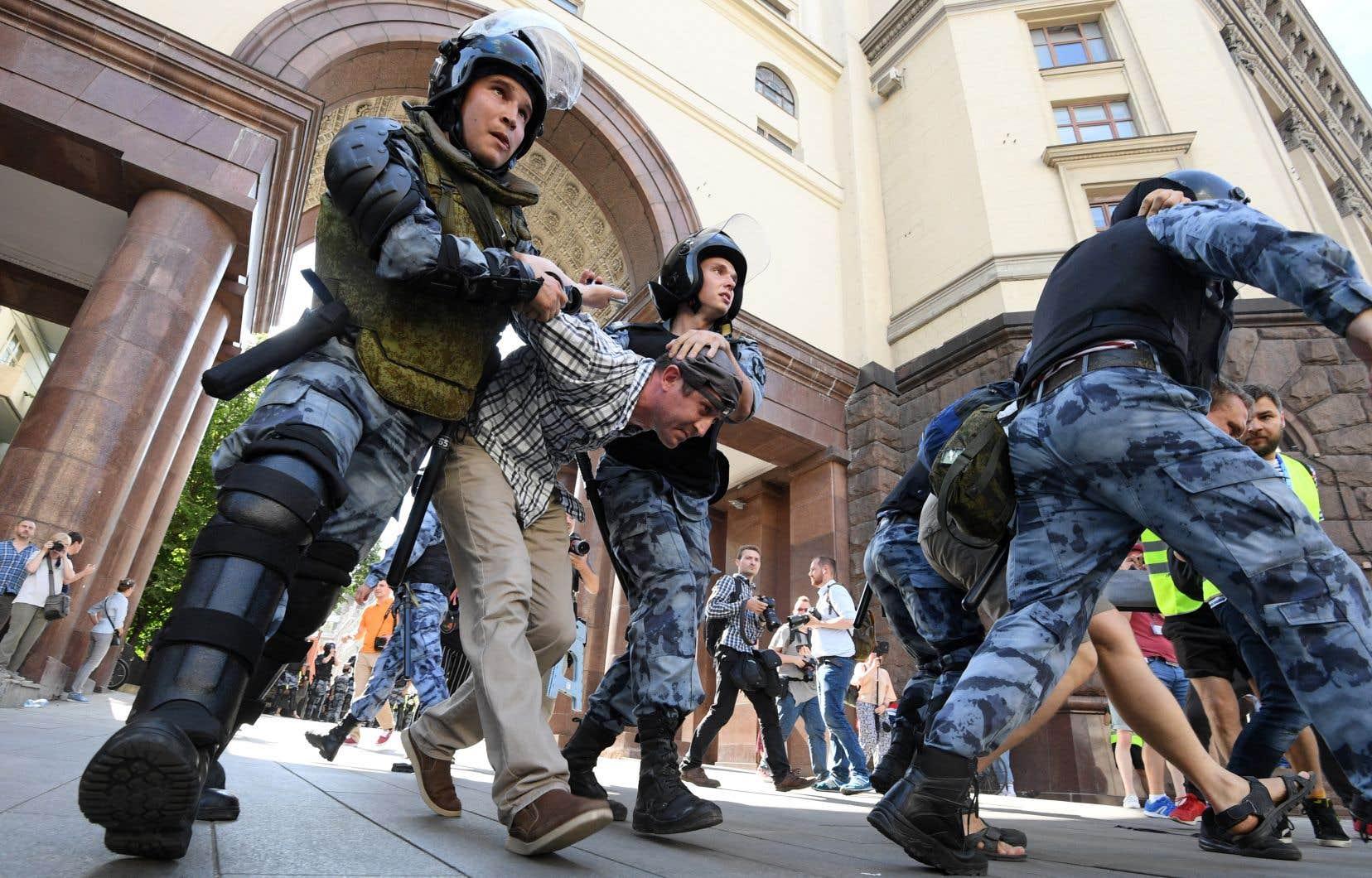 Mobilisées en grand nombre, les forces de l'ordre ont arrêté massivement les protestataires qui affluaient sur la principale avenue de Moscou.