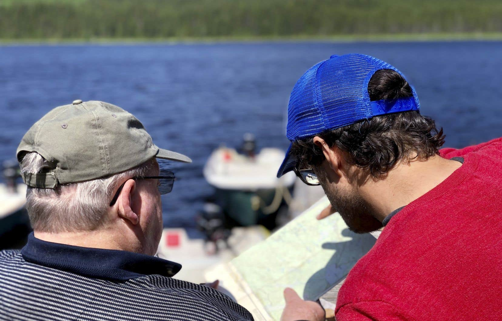 Immobilisés aux abords du lac Fradette, nous tentons de localiser le camp de prisonniers allemands avec l'aide du récréologue à la retraite Louis Lefebvre (à gauche).