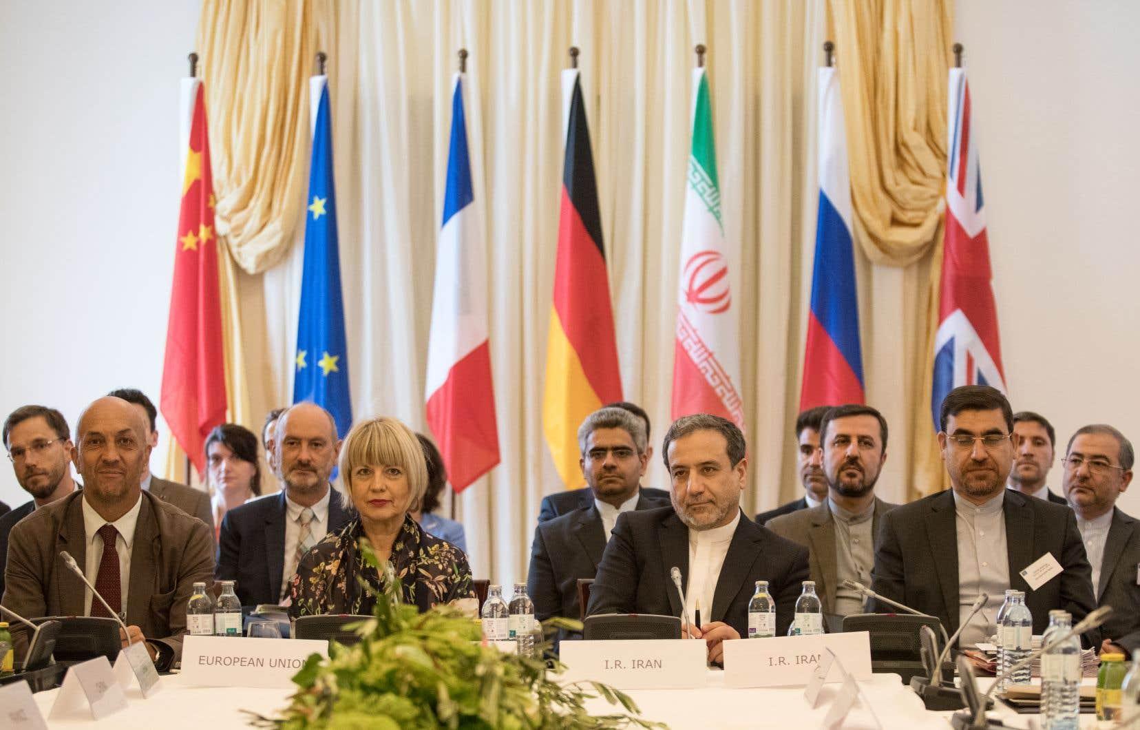 Abbas Araghchi (centre droit), député politique au ministère des Affaires étrangères d'Iran, et Helga Schmid (centre gauche), secrétaire générale du Service d'action extérieure de l'Union européenne (SEAE), participent à une réunion de la Commission mixte du Plan d'action global commun (JCPOA) au Palais Coburg à Vienne, en Autriche.