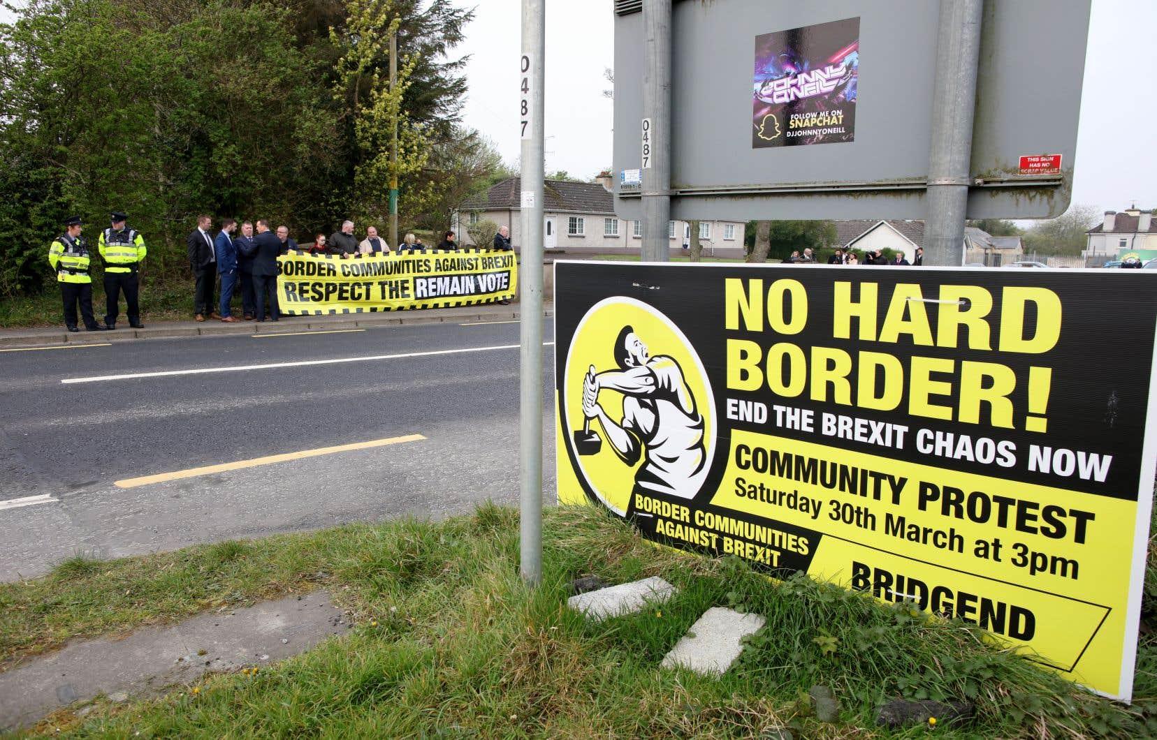 <p>Des manifestants anti-Brexit et contre l'imposition éventuelle d'une frontière dure entre l'Irlande du Nord et l'Irlande protestent à la frontière.</p>