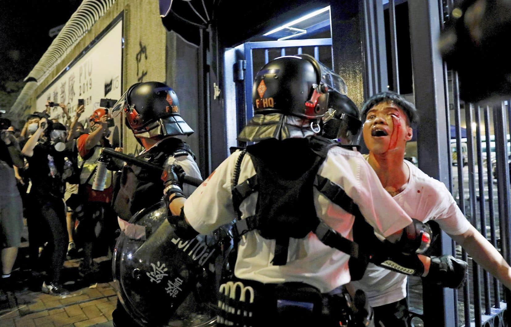 Les forces antiémeutes ont fait usage de gaz poivré et de violence contre des centaines de manifestants qui s'étaient regroupés devant un commissariat de police du quartier de Kwai Chung dans la soirée de mardi à Hong Kong.