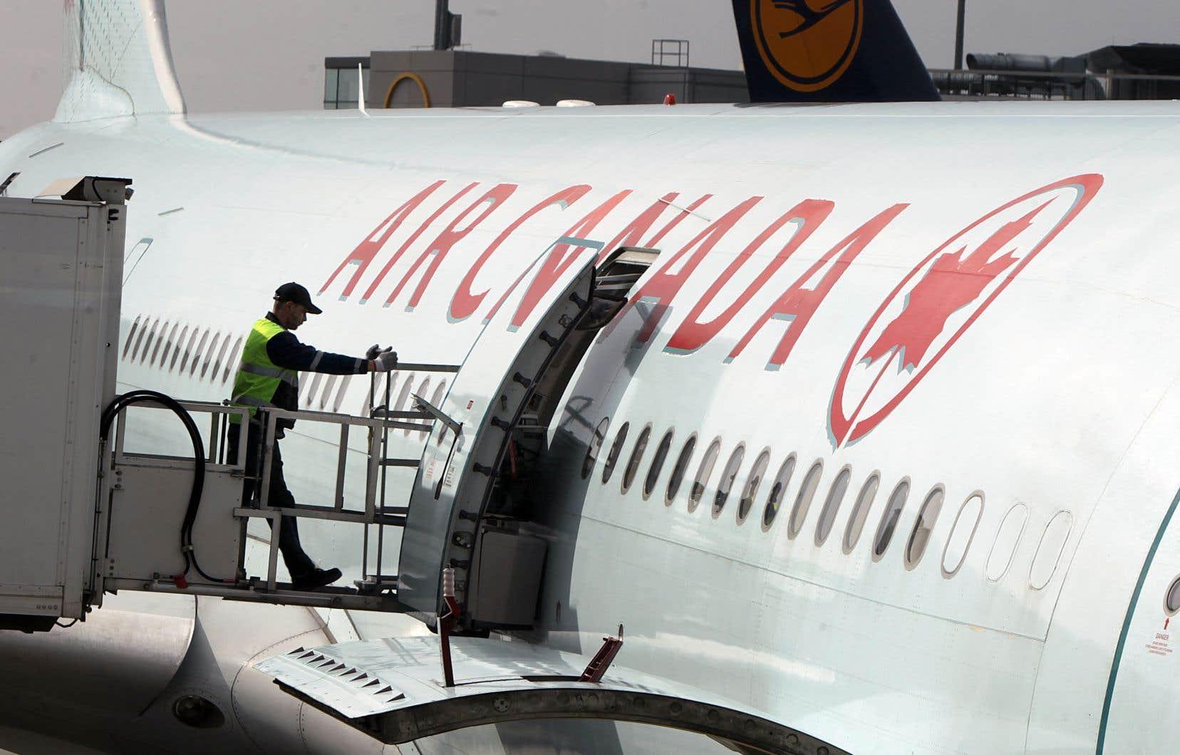 Au cours de son deuxième trimestre, les revenus d'Air Canada ont bondi d'environ 10%, pour atteindre un niveau record de 4,76milliards de dollars pour cette période.